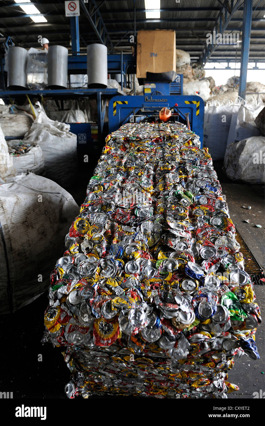 Cans made of tinplate, aluminium are pressed into blocks in a recycling plant, for the export to China, San José, - Stock Image