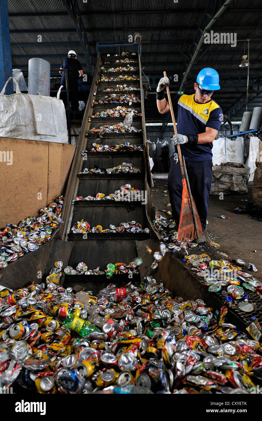 Sorting machine for cans made of tinplate, aluminium, on a conveyor belt at a recycling plant, San José, Costa - Stock Image