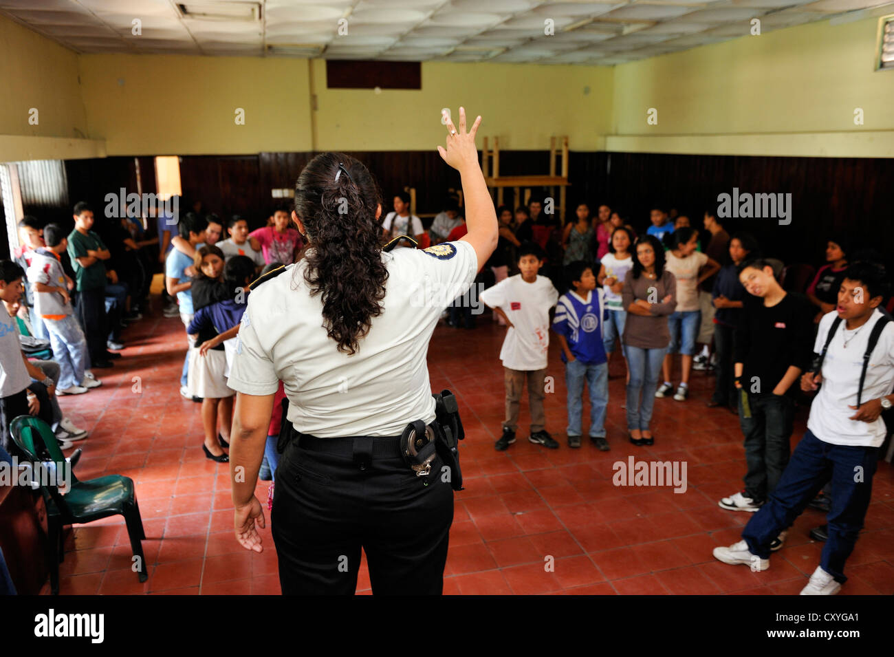 Police officer on the domestic violence action day, Parque Technologico Ceiba vocational school, Zona 1, Guatemala - Stock Image