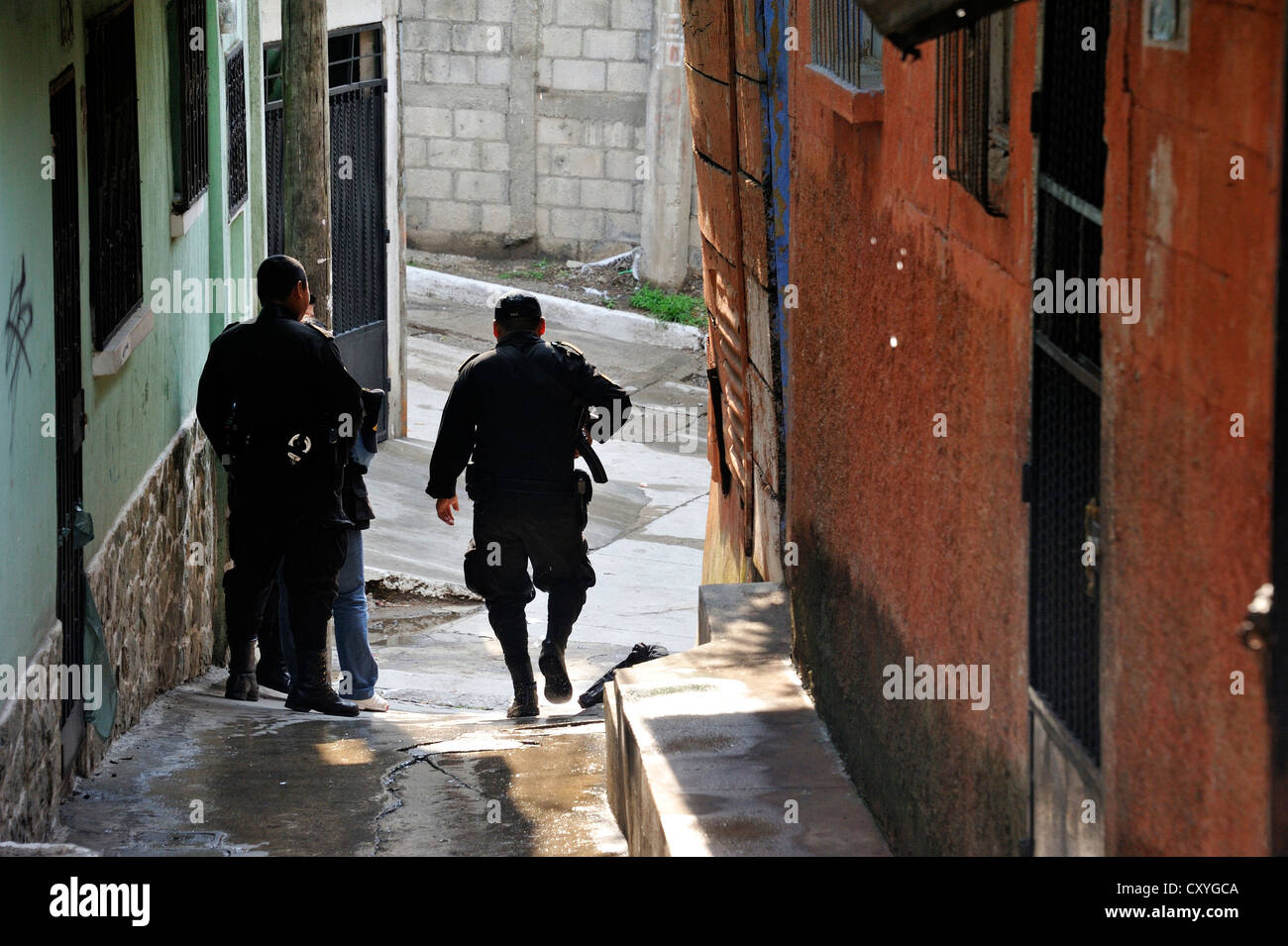 Heavily armed police units patrolling in the poor neighborhood of El Esfuerzo, the district is controlled by rivalling - Stock Image