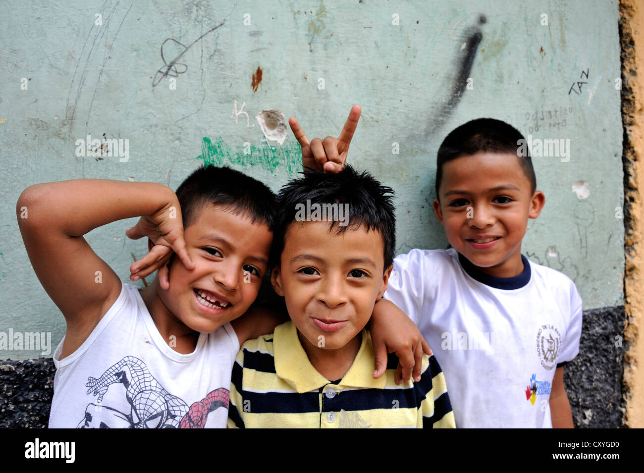 Bullet holes in the walls of houses and three smiling children, the poor neighborhood of El Esfuerzo is being controlled - Stock Image