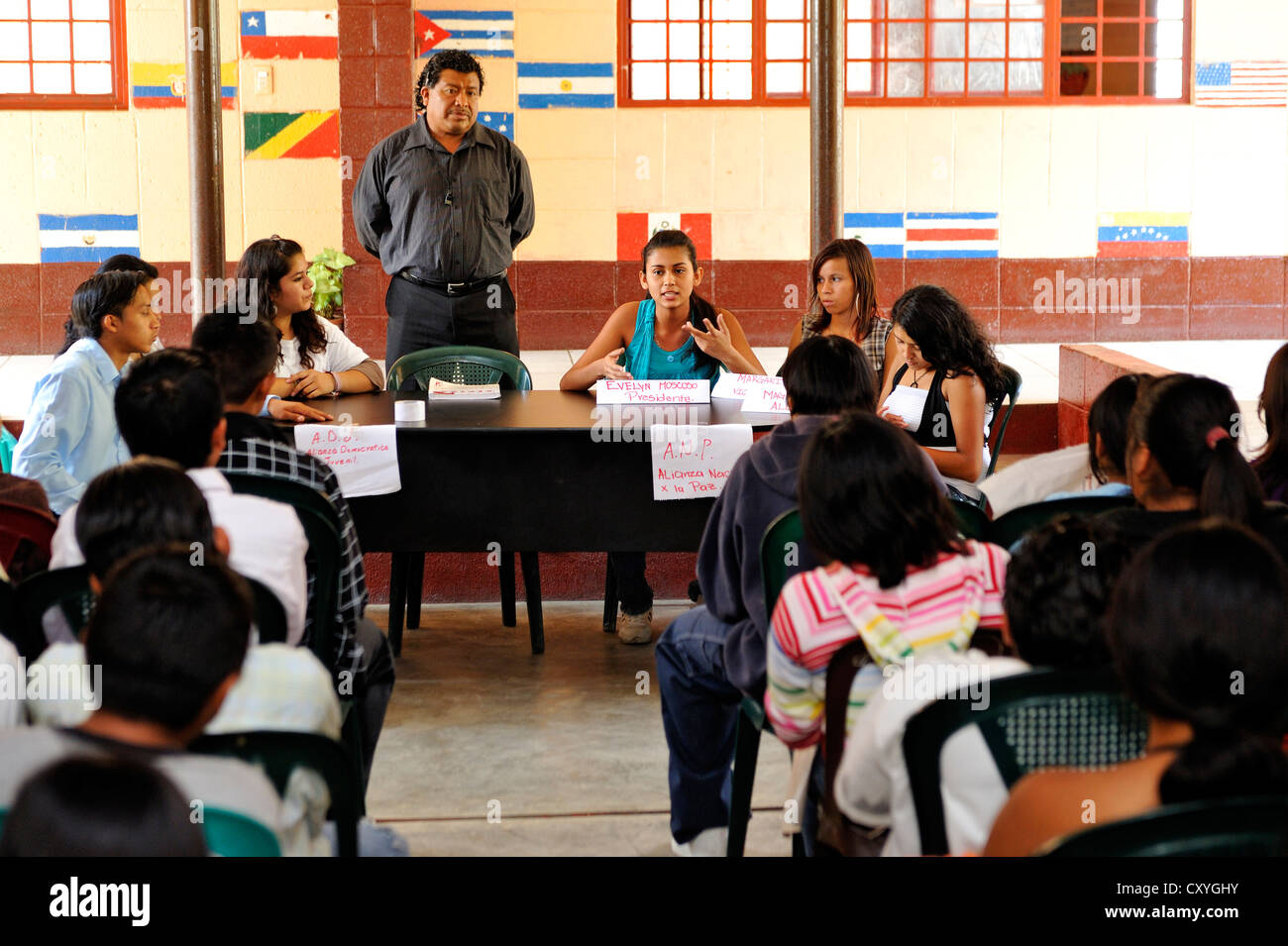 Students of the Escuela Ceiba school staging an election campaign, panel discussion, as part of their social studies - Stock Image