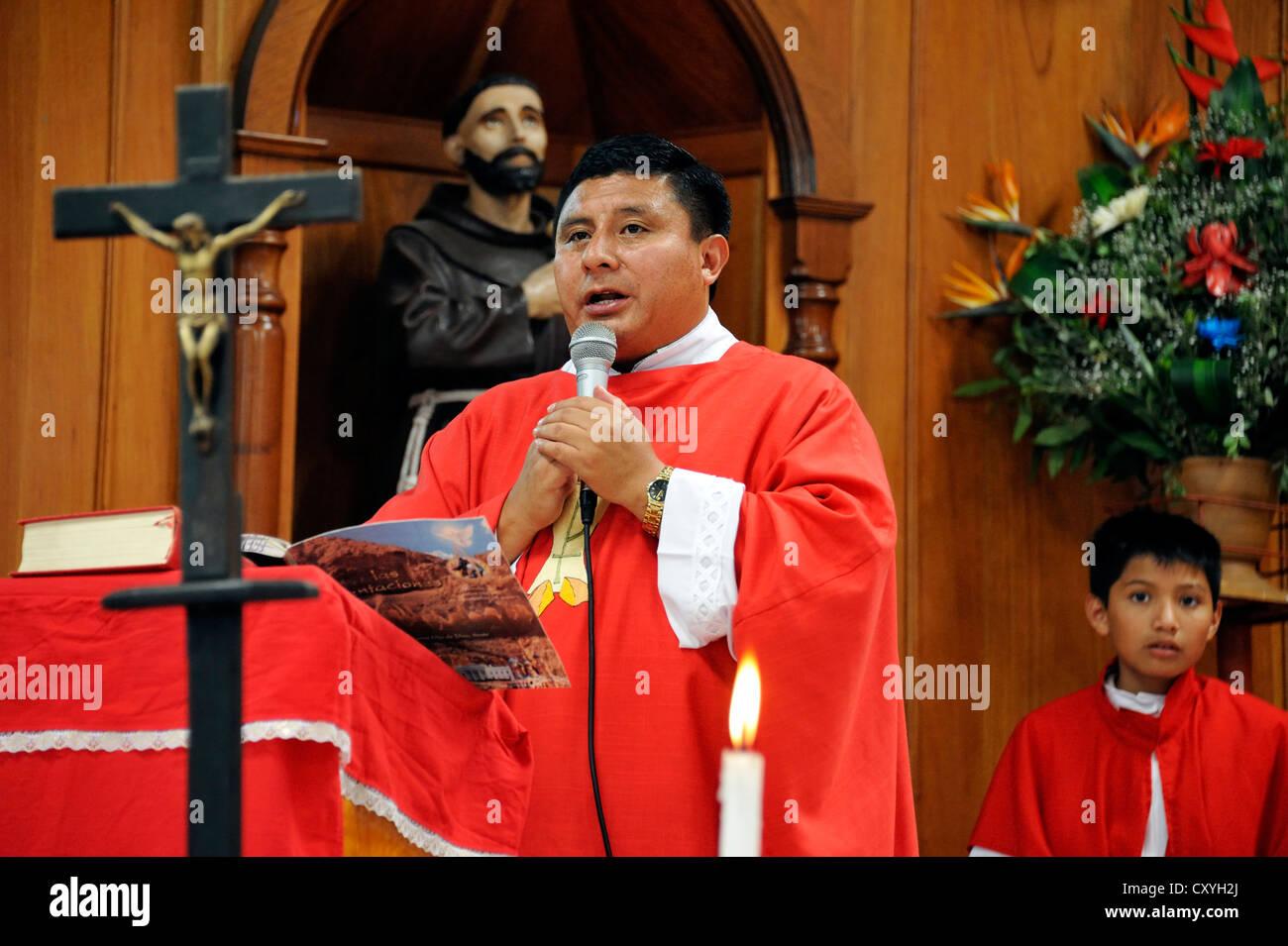 Whitsun mass, preaching, Dios Con Nosotros church parish, El Mesquital, Guatemala City, Guatemala, Central America - Stock Image