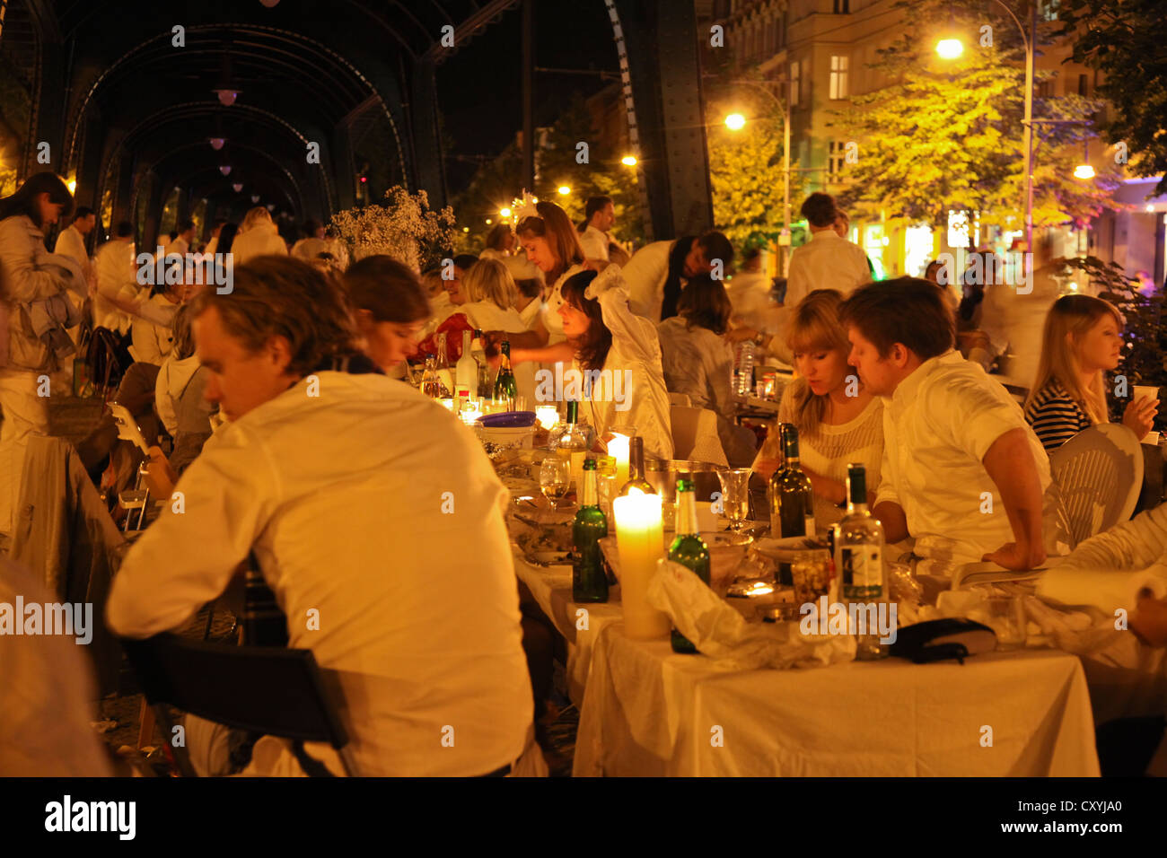 Dîner en blanc, flashmob gala dinner with everyone dressed in white, more than 2000 participants, underneath the Stock Photo
