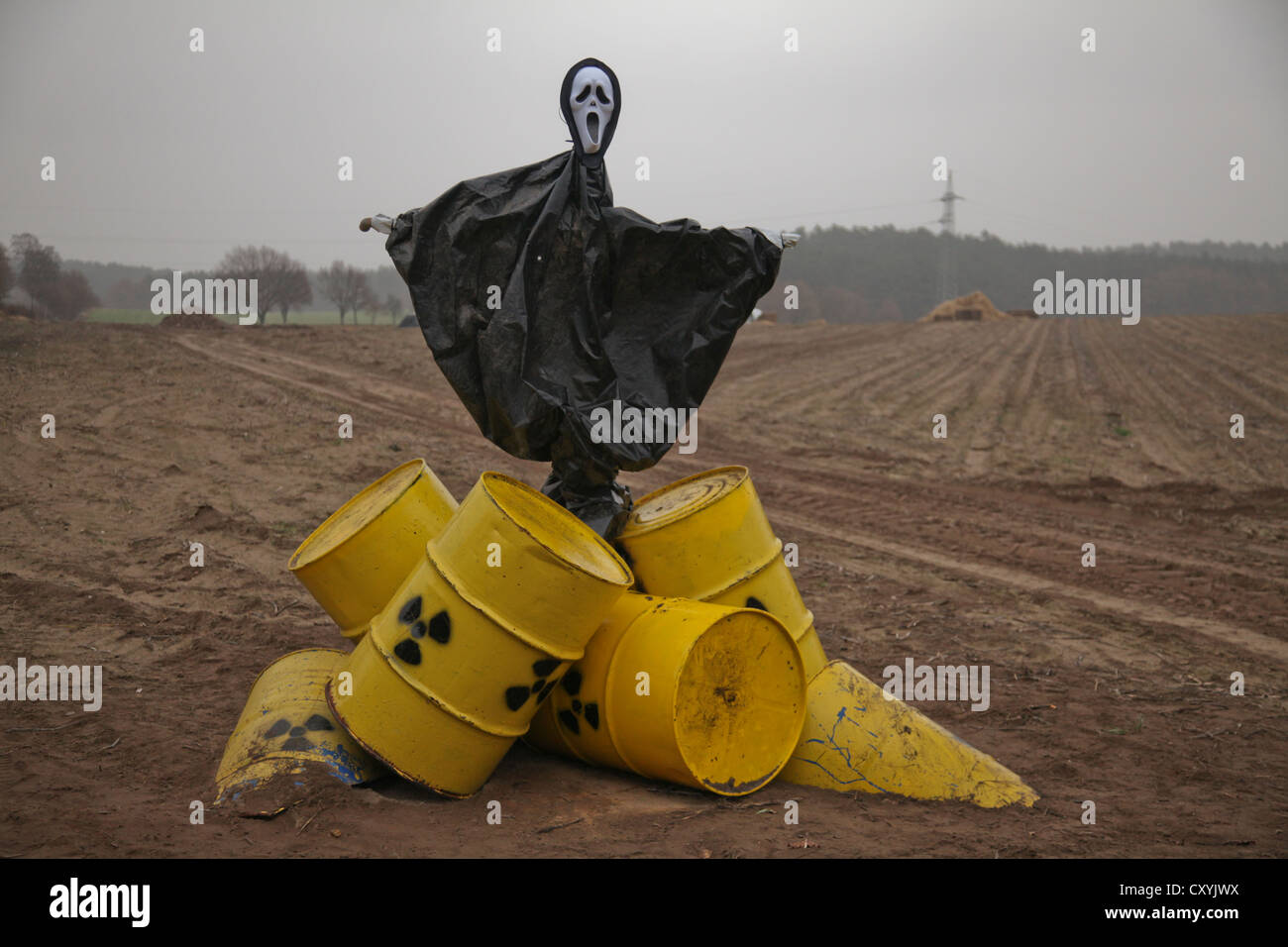 Anti-nuclear protest scarecrow in a field, Castor transport to Gorleben, Metzingen, Lower Saxony - Stock Image