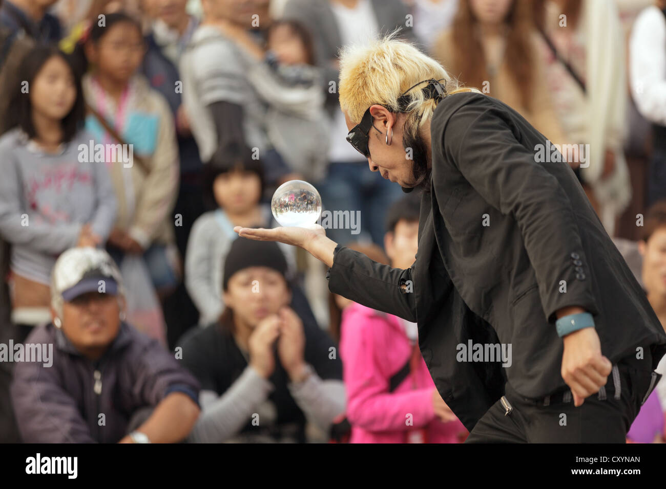 Street artist performing show in Osaka square, Japan - Stock Image