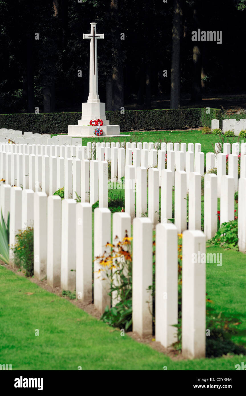 Grave stones and a cross in Airborne Cemetery, Arnhem Oosterbeek War Cemetery, Oosterbeek, Arnhem, Gelderland, Netherlands - Stock Image