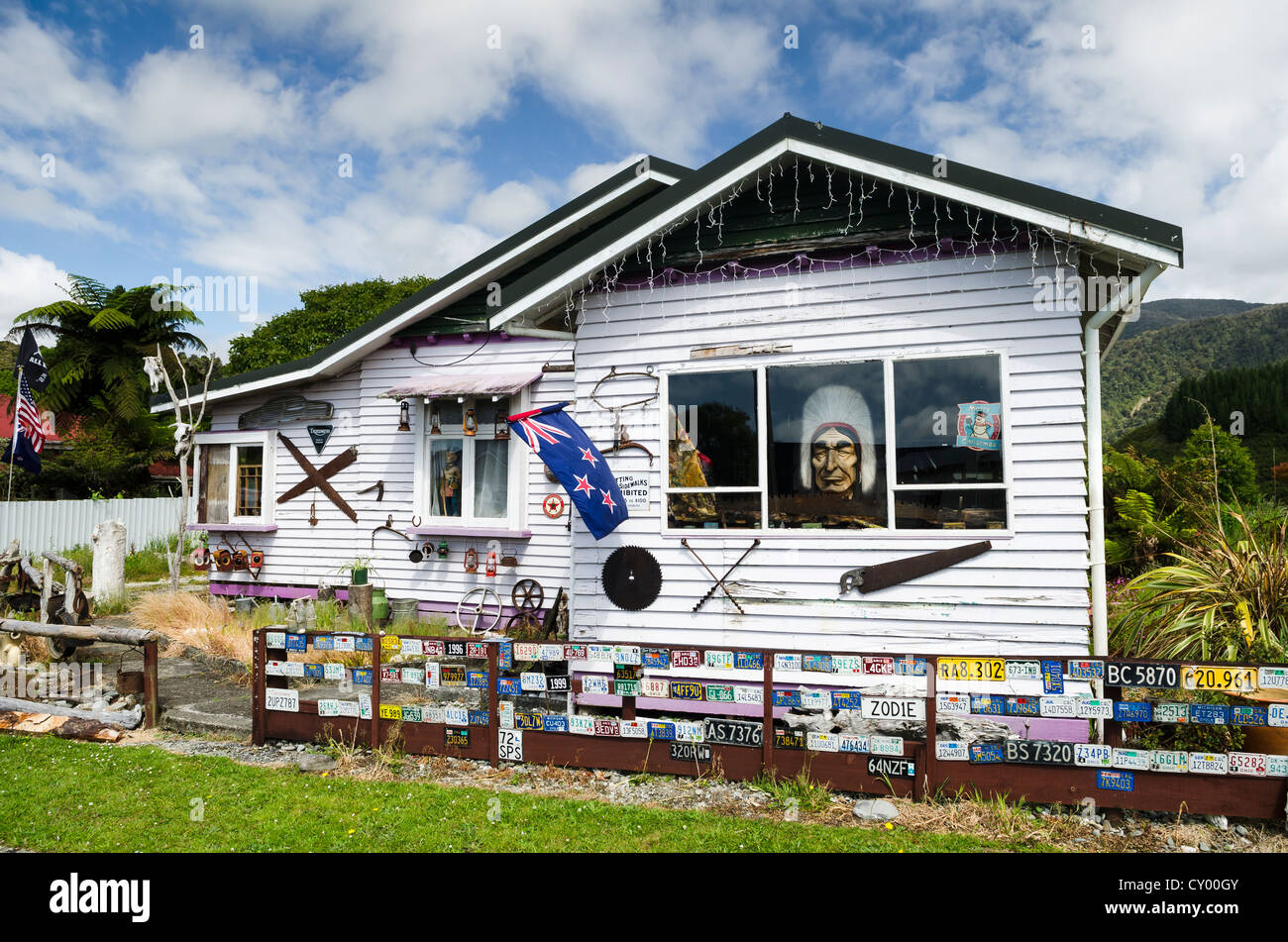 Tourist attraction, quirky house decorated with Wild West paraphernalia, license plates, cow and sheep skulls, Ross - Stock Image