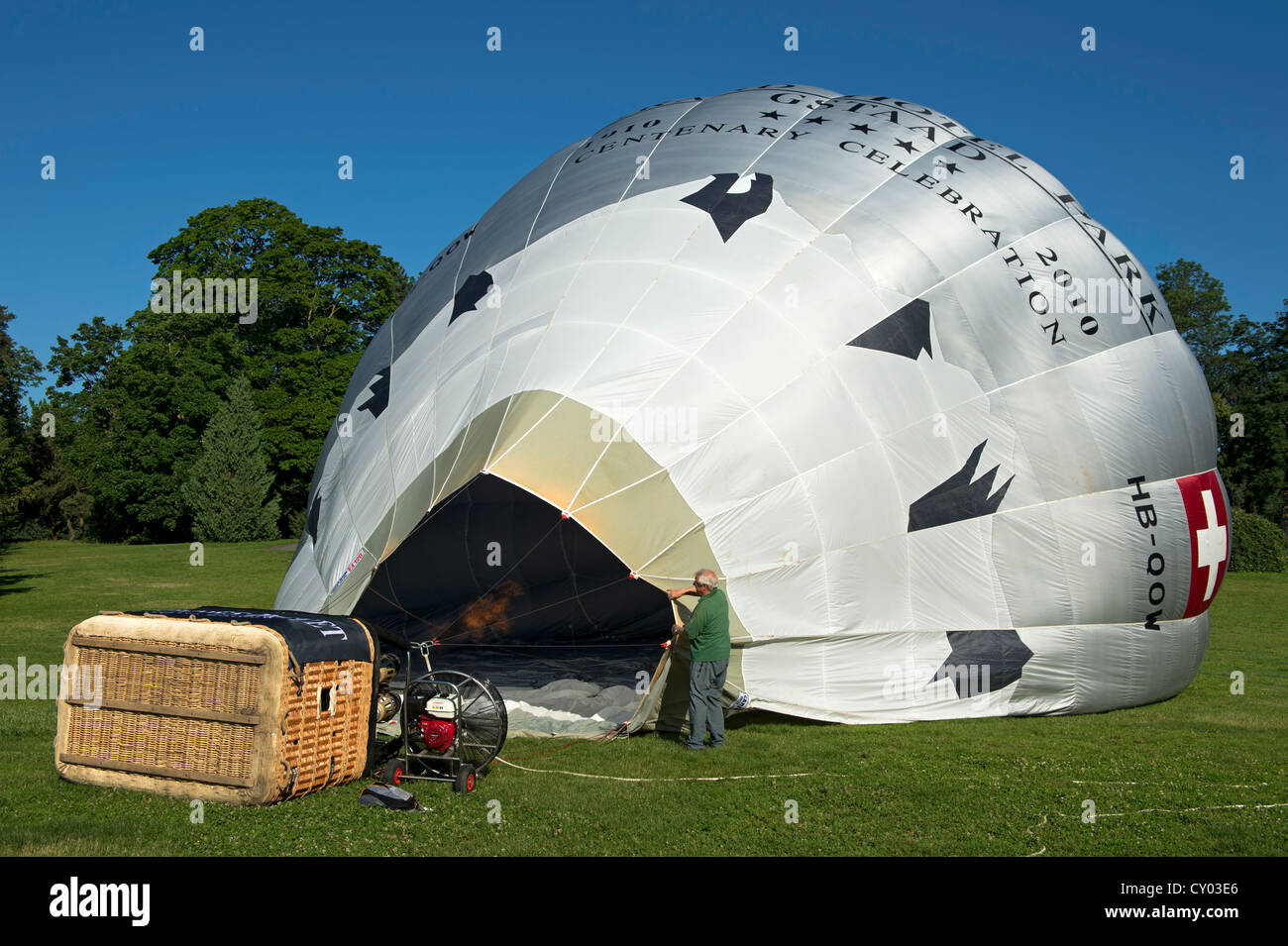 Launch preparations for the hot air balloon HP QOW Cameron Z-120 of the Grand Hotel Park Gstaad, hot air created - Stock Image
