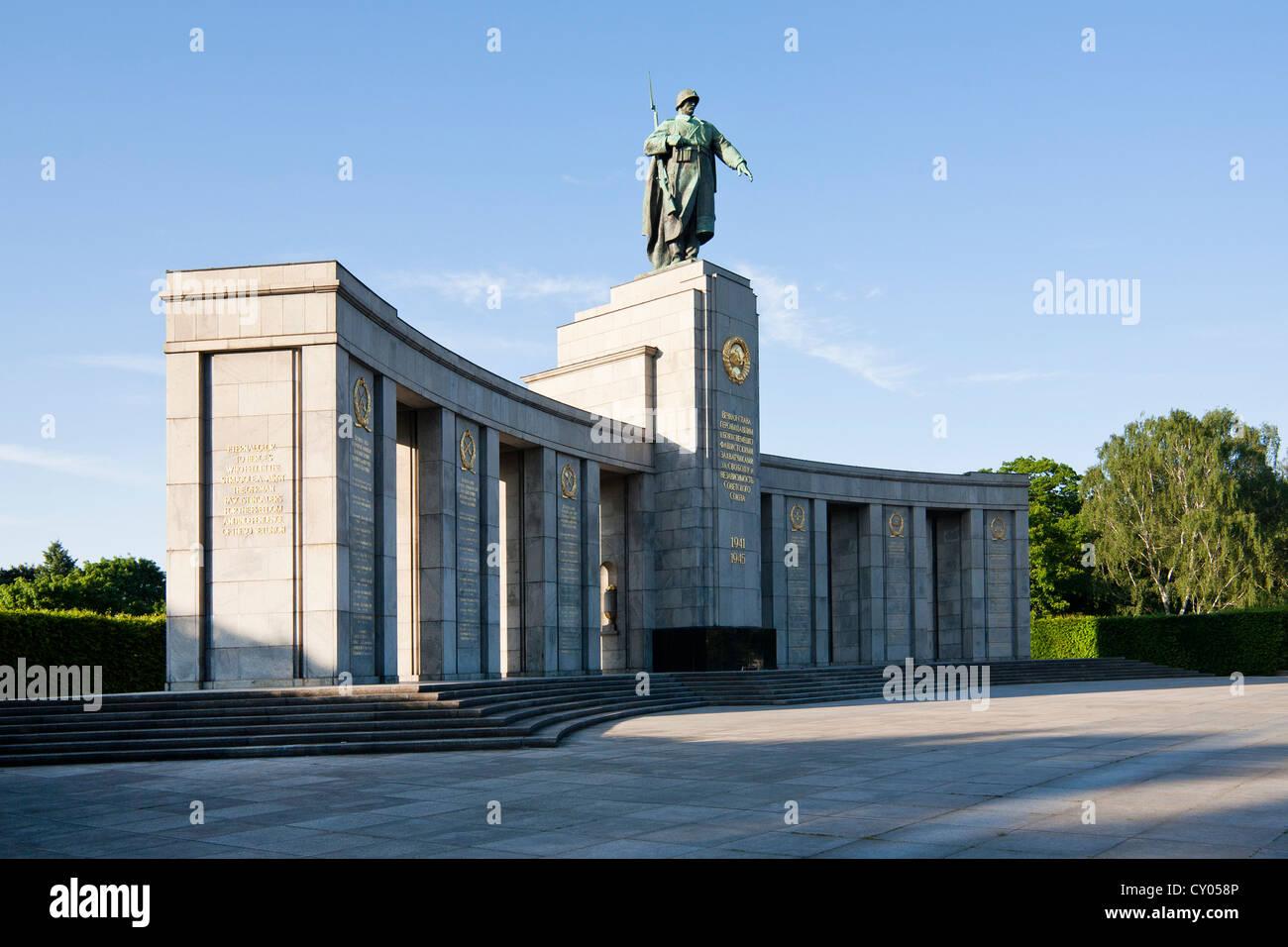 Soviet War Memorial, Grosser Tiergarten, Strasse des 17. Juni Street, Tiergarten district, Berlin - Stock Image