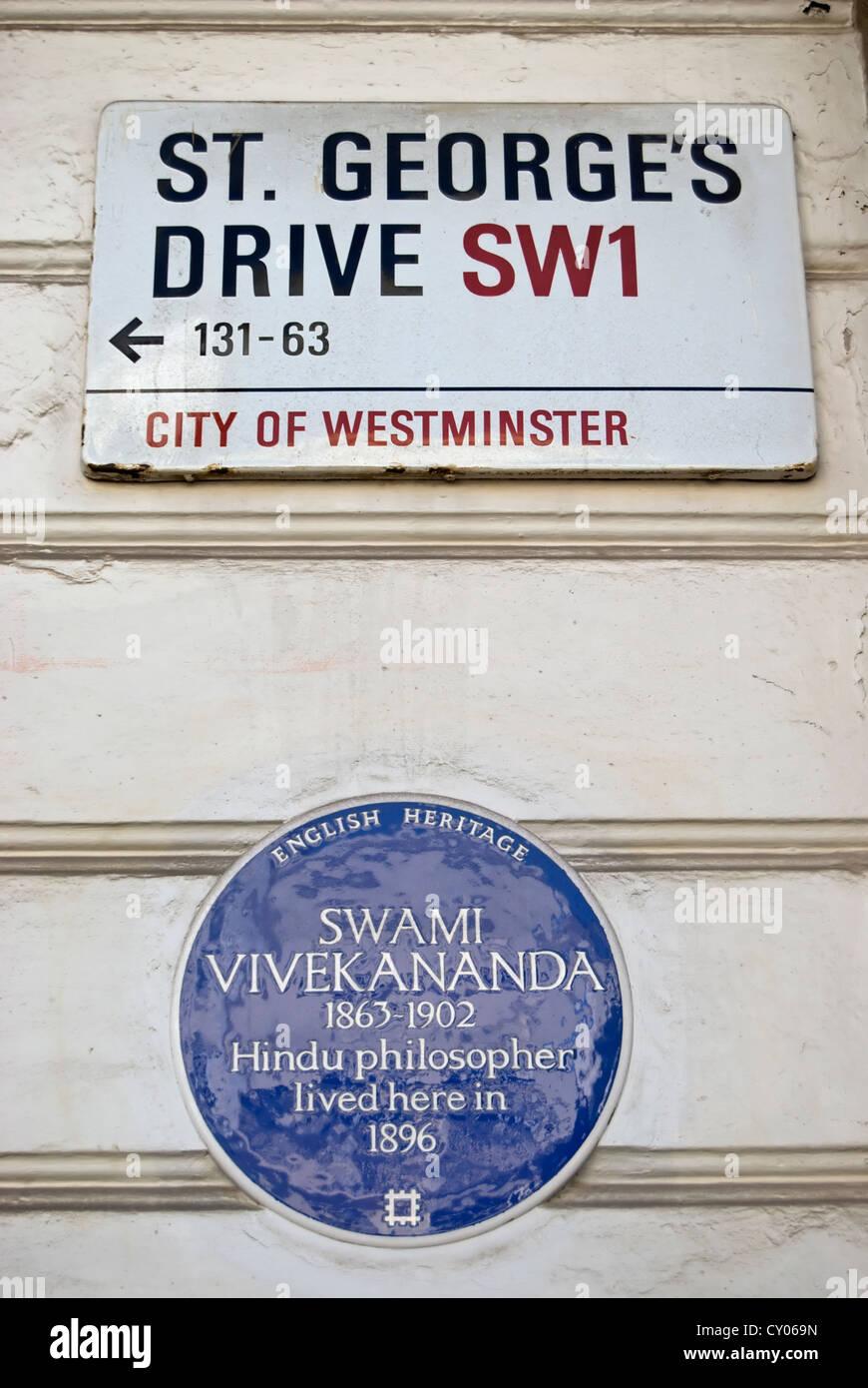 english heritage blue plaque marking the 1896 home of hindu philosopher, swami vivekananda, below street name sign - Stock Image