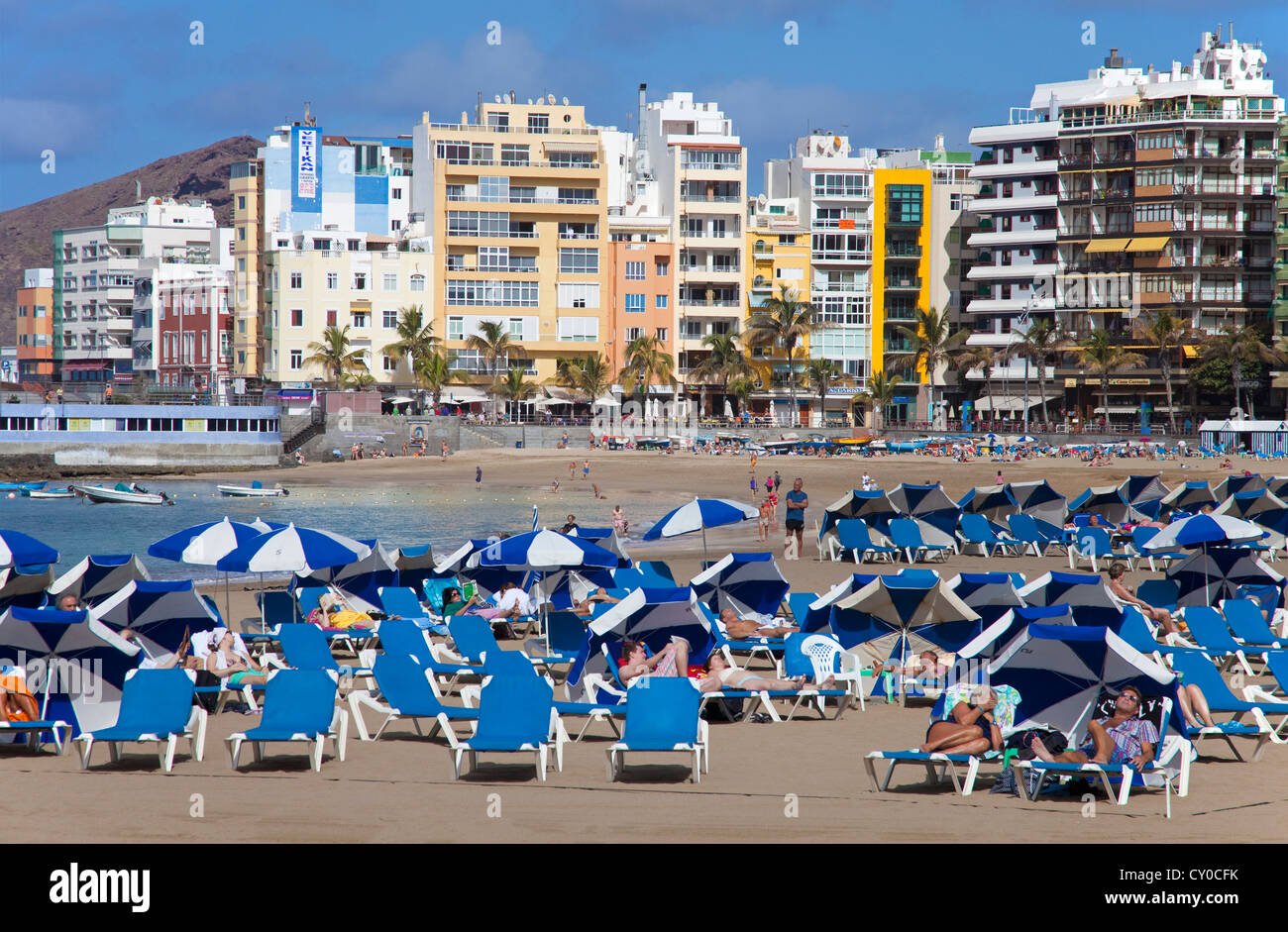 People on the beach with deck chairs and sun umbrellas, Playa de las Canteras, Las Palmas, Gran Canaria, Canary Stock Photo