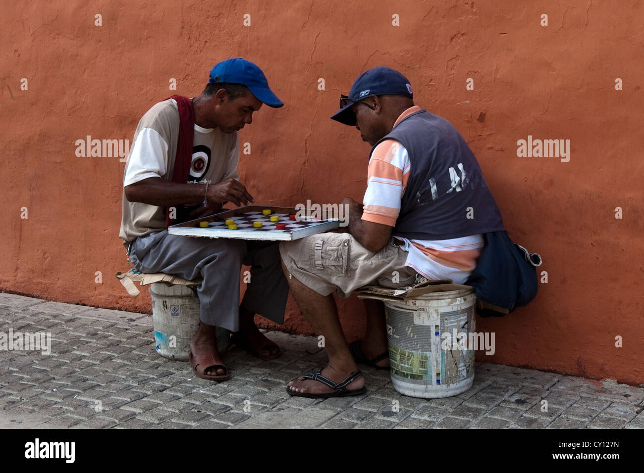 2 men playing draughts, Plaza San Diego Barrio San Diego Cartagena de Indias Colombia - Stock Image