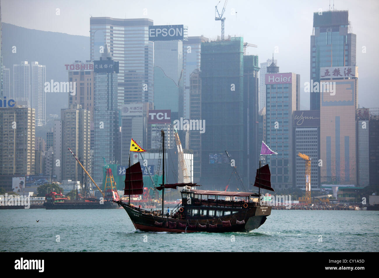 junk in front of Hongkong Island - Stock Image