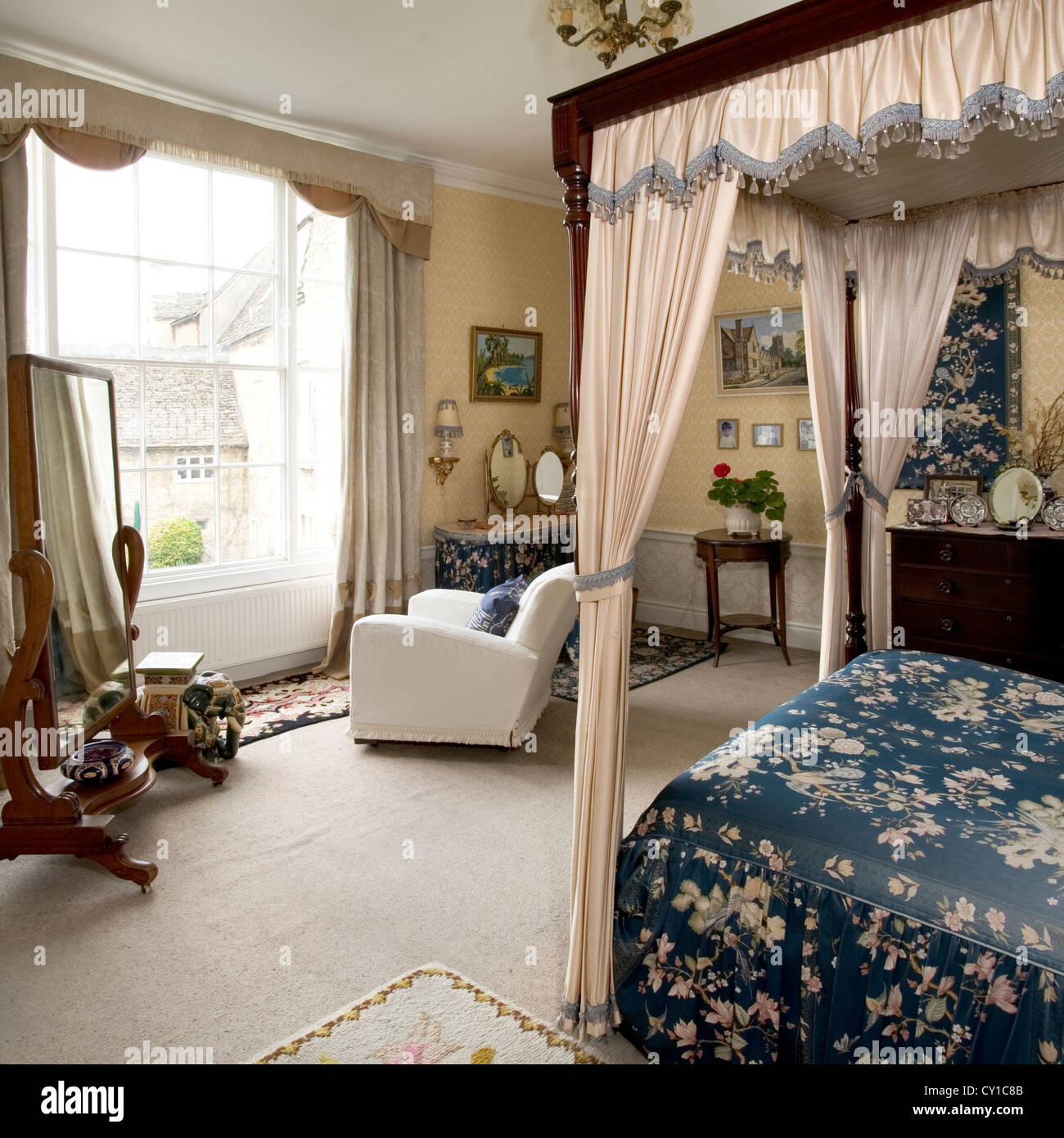 Large traditional style bedroom with a four poster bed. - Stock Image
