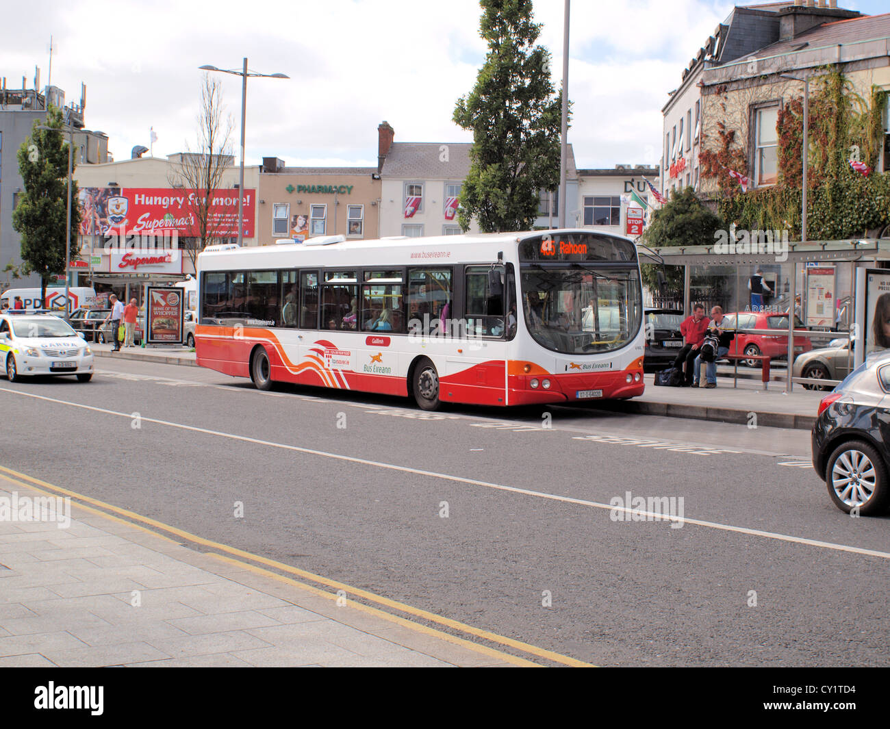 Single Decker 'Bus Eireann' service bus, 405-Rahoon, alighting passengers in Eyres Square, Galway City in - Stock Image