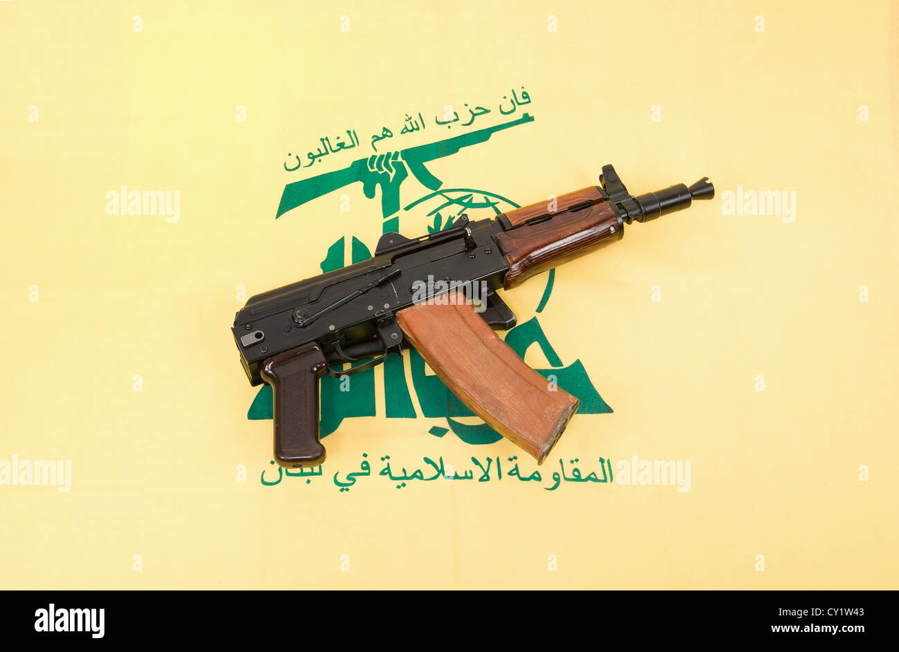 Automatic rifle and flag of Hezbollah - Stock Image