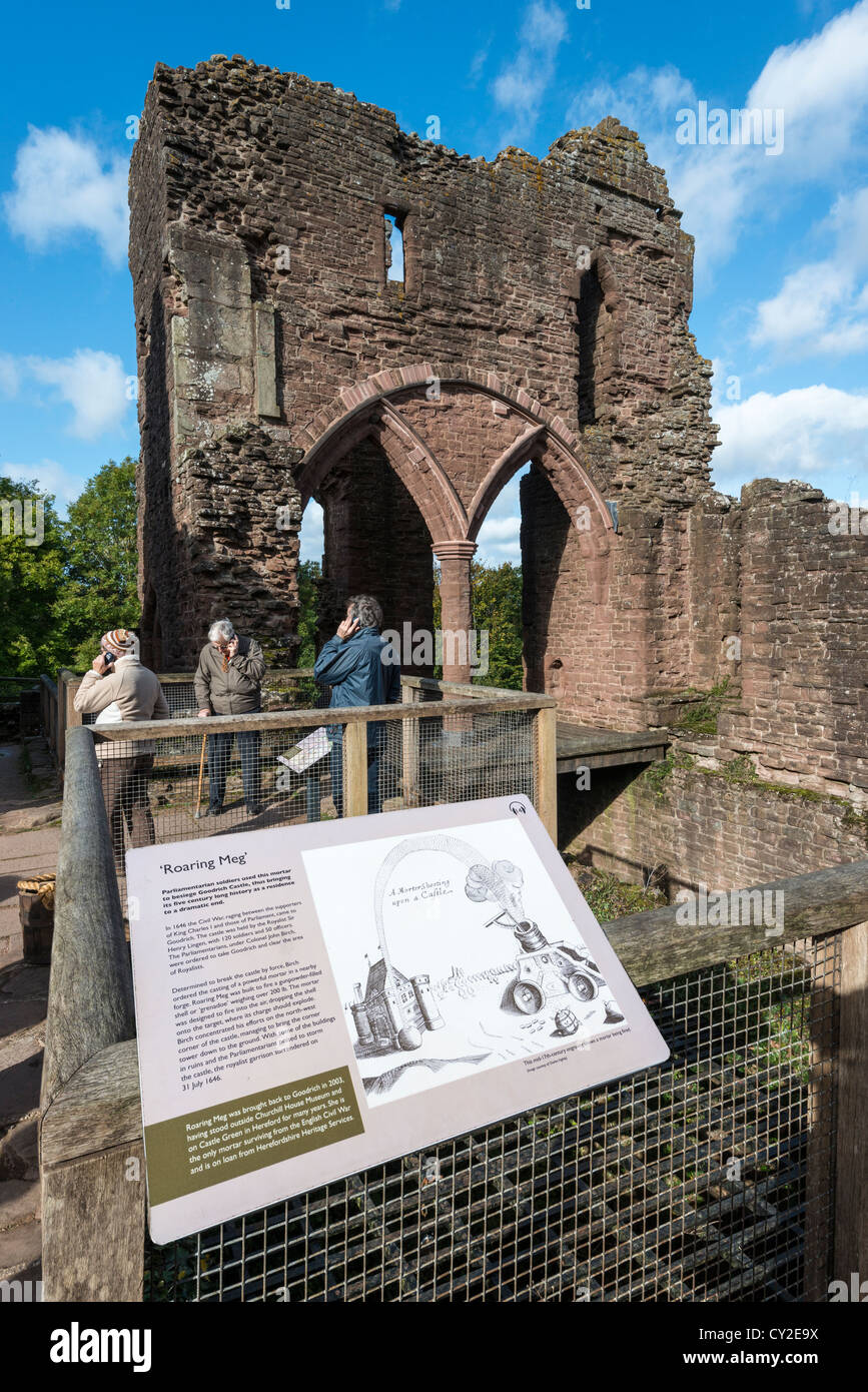 TOURISTS AT GOODRICH CASTLE LISTENING TO RECORDED GUIDES WHILE LOOKING AT RUINS OF CASTLE. ROSS-ON-WYE, HEREFORDSHIRE, - Stock Image