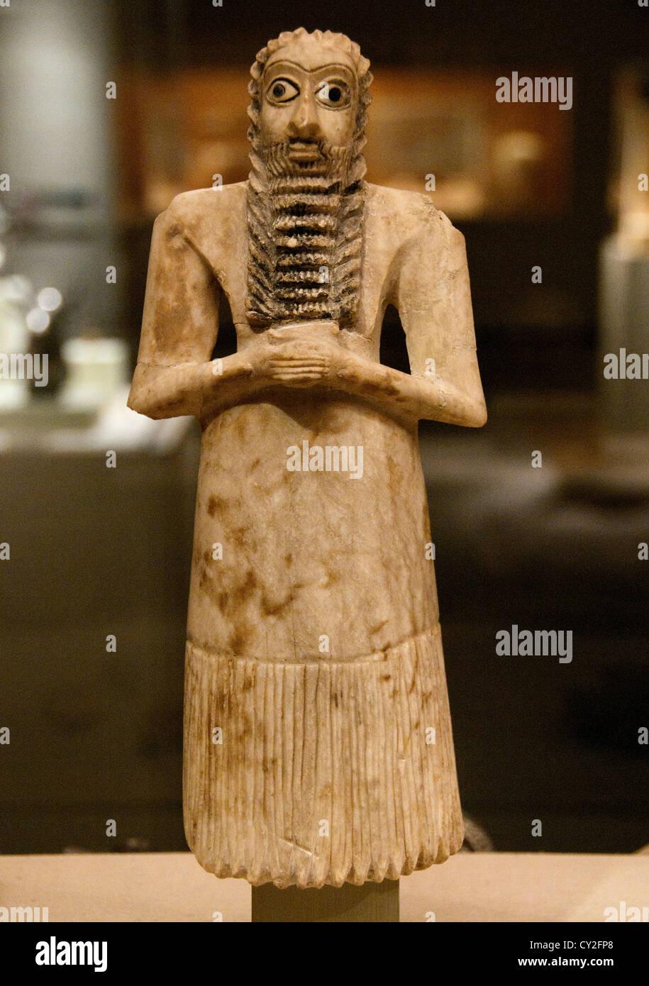 Male worshiper Early Dynastic I-II  2900–2600 BC  Mesopotamia Eshnunna Tell Asmar Sumeria Gypsum alabaster 30 cm - Stock Image