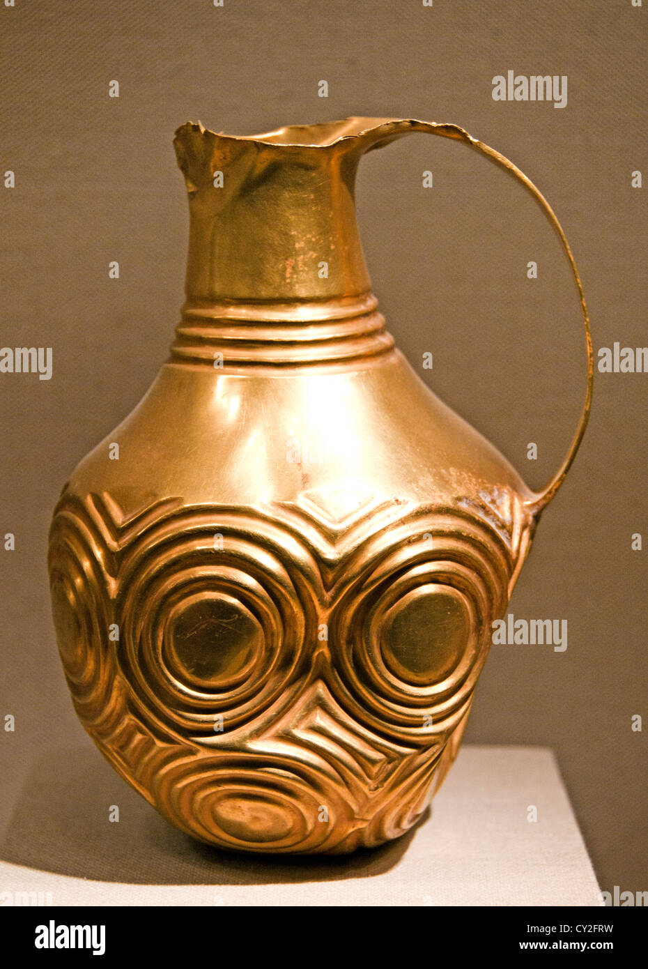 Ewer decorated with concentric circles Early Bronze Age II-III 2700–2000 BC  Hattian 17.8 cm  Central Anatolia Stock Photo