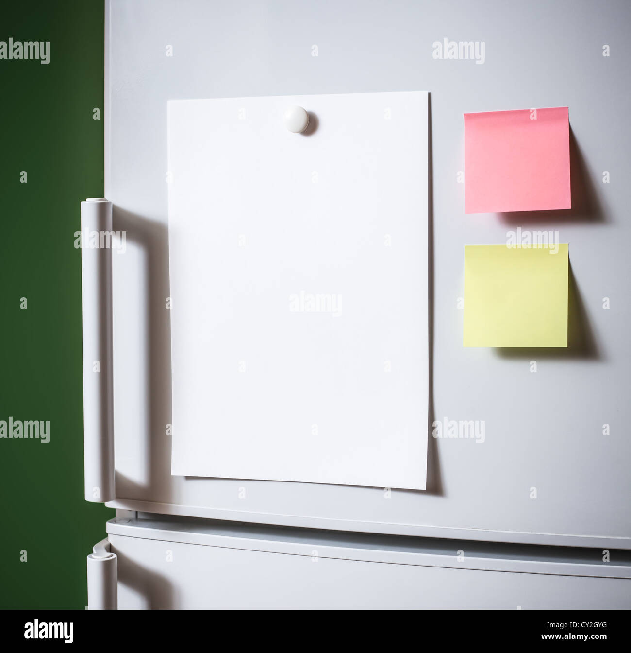 Empty paper sheet on fridge door - Stock Image