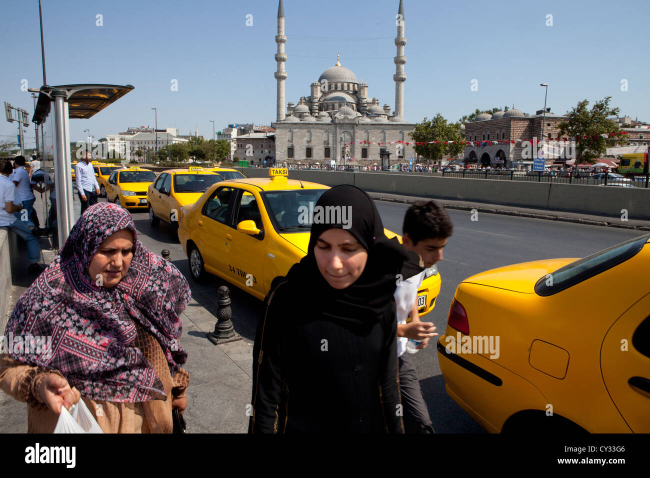 women in front of 'new mosque in istanbul - Stock Image