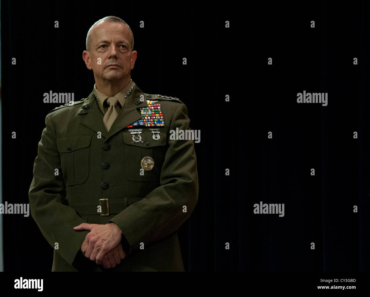 General John Allen stands as Secretary of Defense Leon E. Panetta makes the announcement that Allen has been nominated - Stock Image