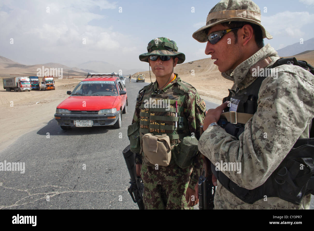 Afghan police and military checkpoint looking for suspected terrorists - Stock Image