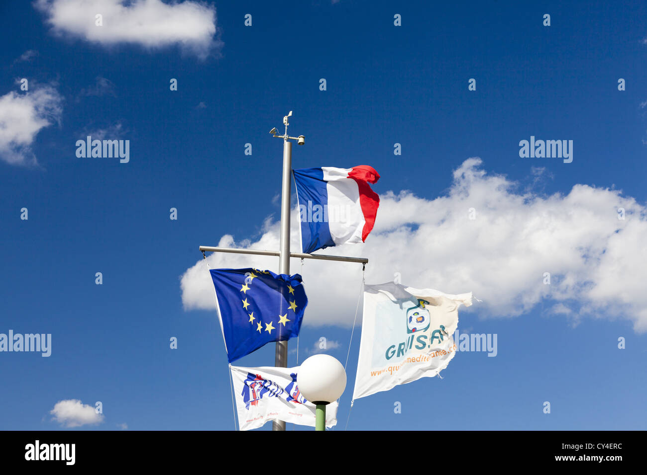 Flagpole in the Marina Gruissan in front of a blue sky - Stock Image