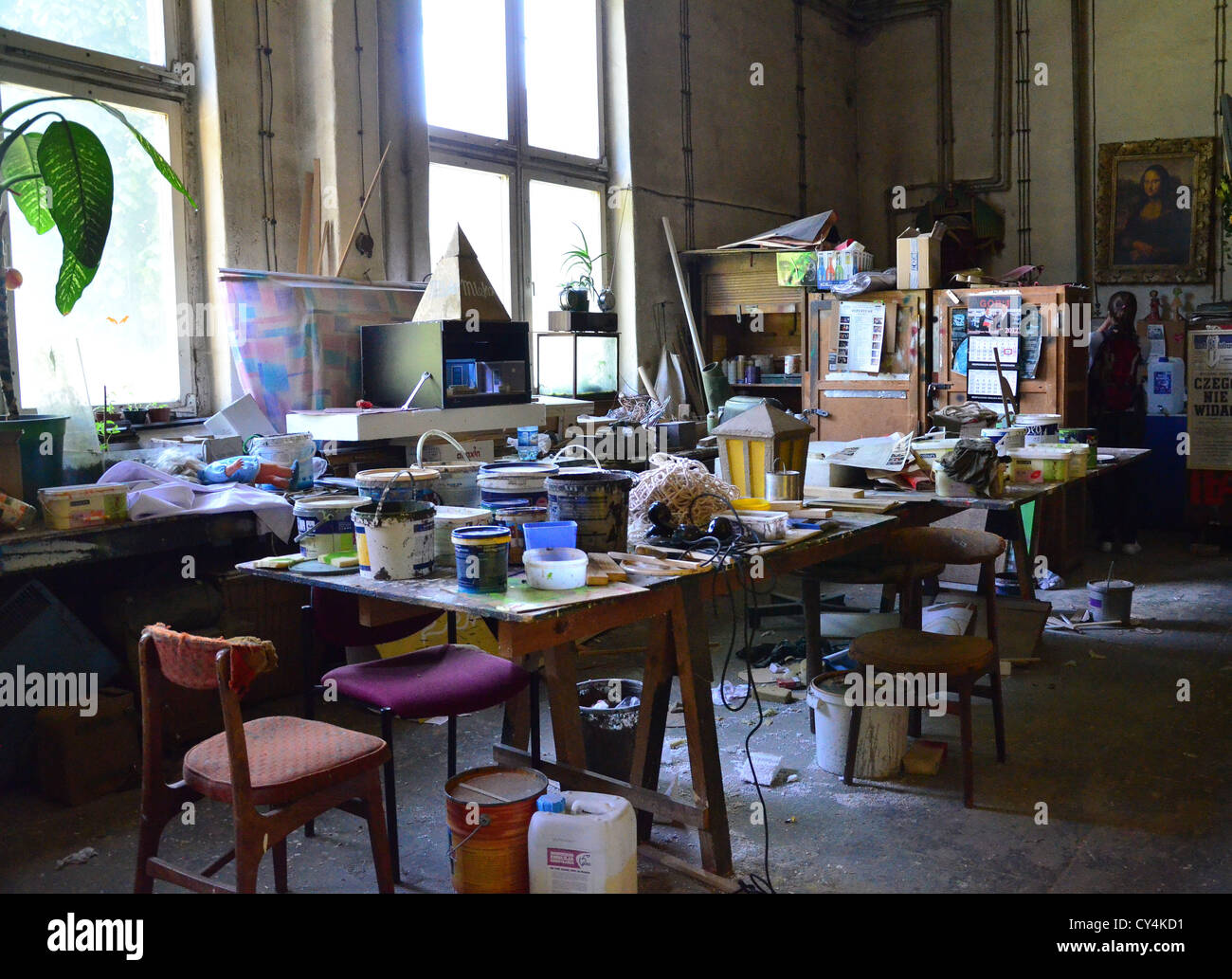 atelier art studio theater table mess muddle untidiness - Stock Image