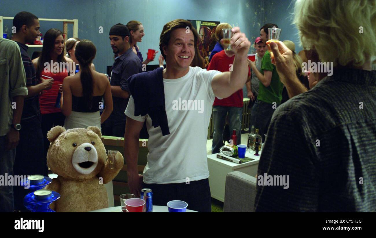TED (2012) MARK WAHLBERG, SETH MACFARLANE (DIR) 006 MOVIESTORE COLLECTION LTD - Stock Image