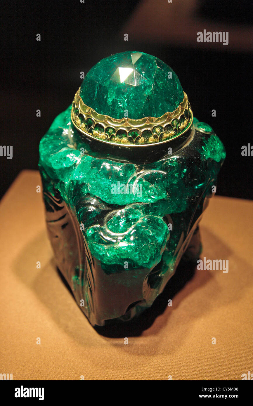 'Emerald Unguentarium* (Emerald function vessel) in the Imperial Treasury, part of the Hofburg Palace, Vienna, - Stock Image
