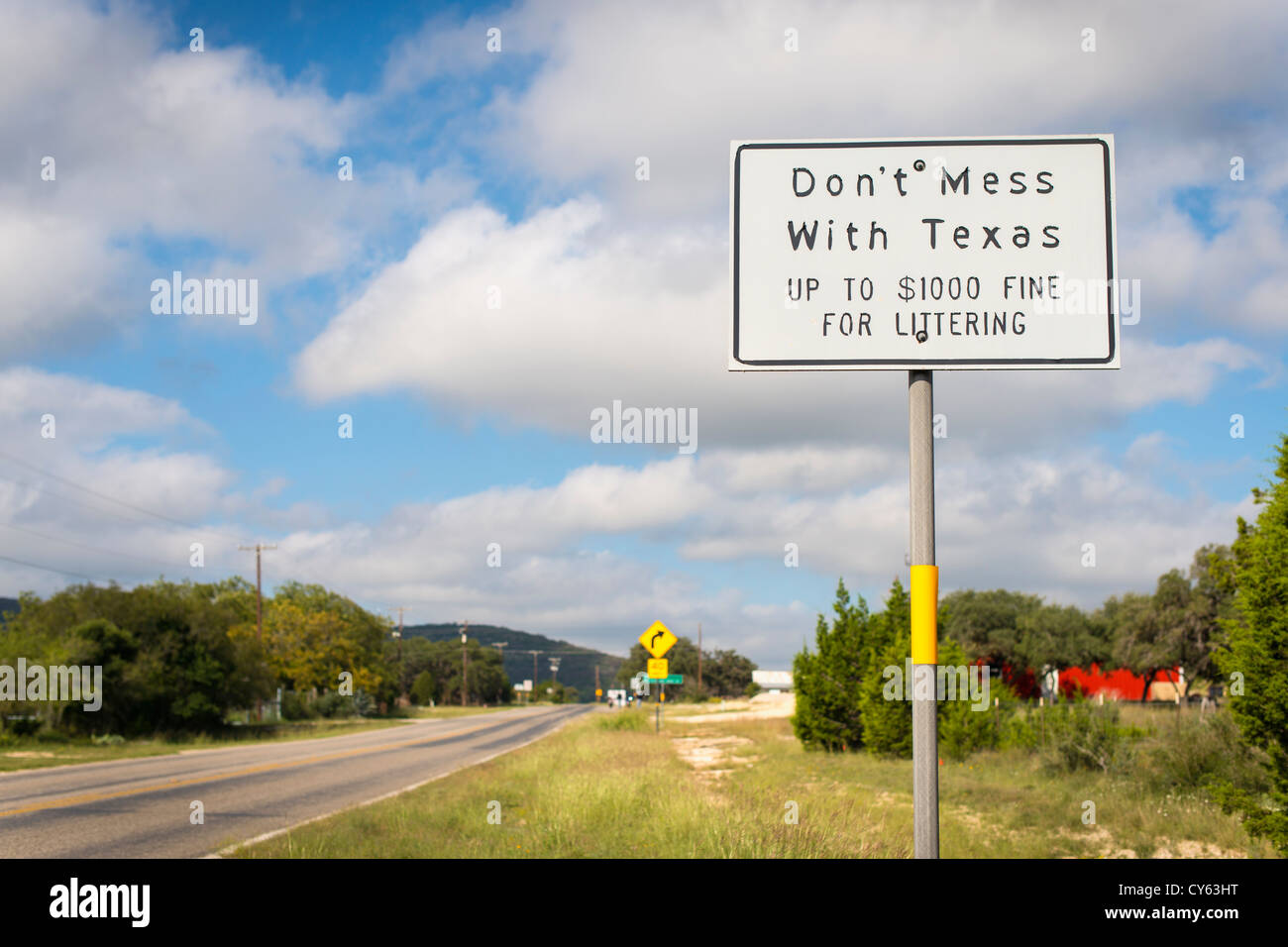 Don't mess with Texas sign on Ranch Road 337 in Leakey, Texas - Stock Image