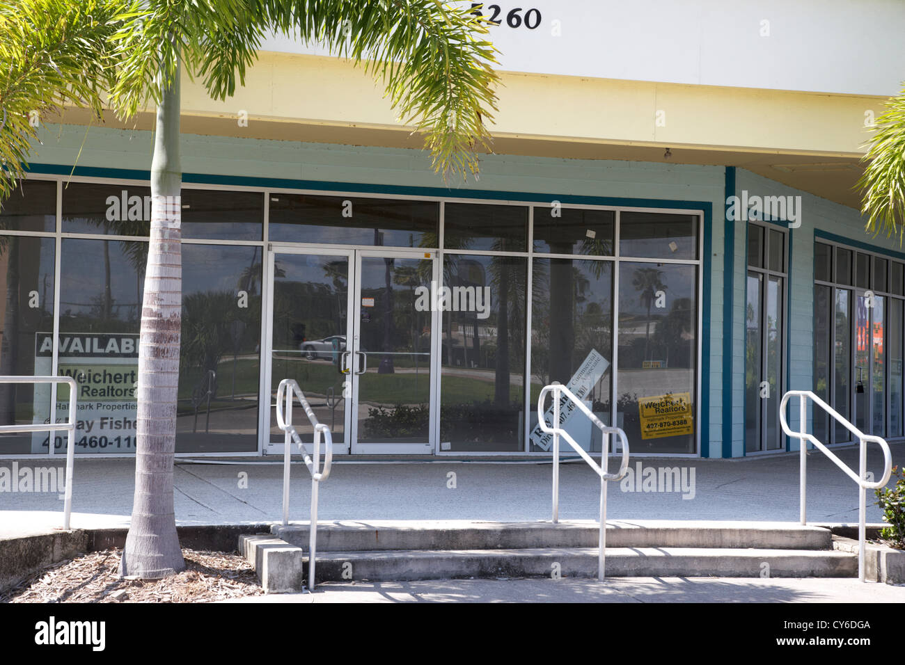 vacant empty strip mall in kissimmee florida usa - Stock Image