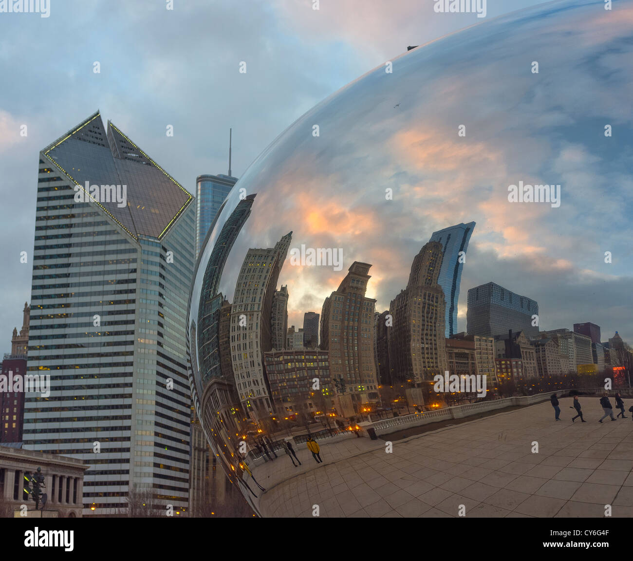 Chicago, Illinois Cloud Gate aka 'The Bean' reflects the city skyline with the Smurfit-Stone Building, in - Stock Image