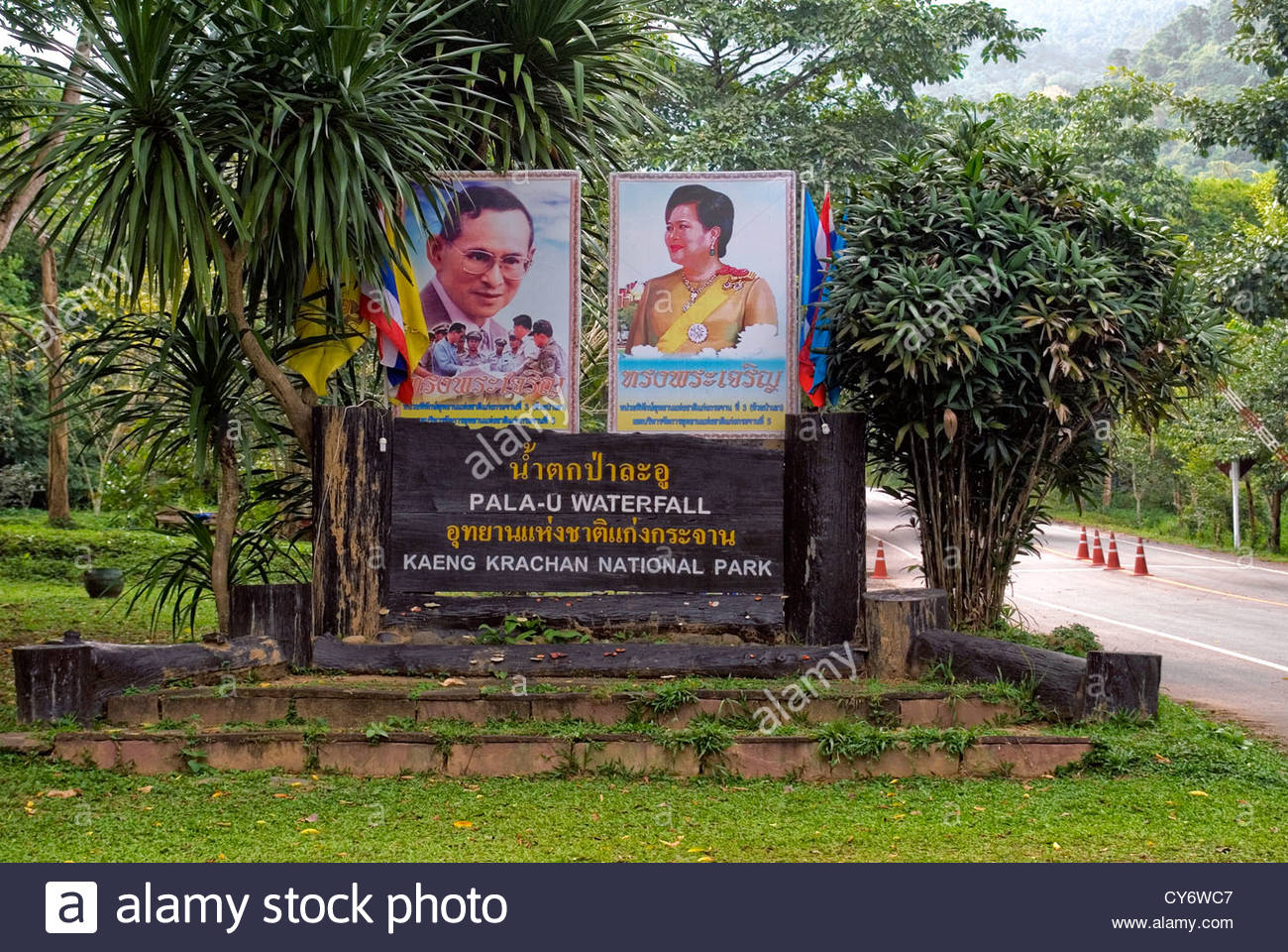 Entrance sign to Kaeng Krachan National Park with the Thai kings portrait , Thailand | Eingangsschild zum Kaeng Stock Photo