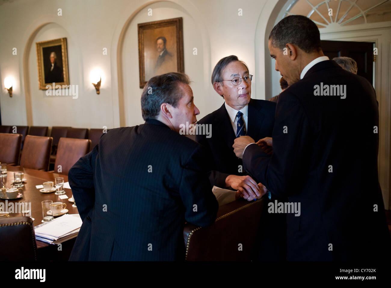 US President Barack Obama speaks with National Economic Council Director Gene Sperling and Energy Secretary Steven - Stock Image