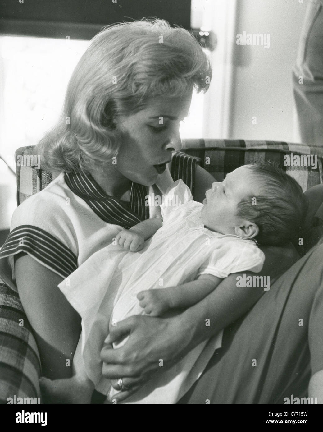 JANET LEIGH (1927-2004) US film actress with her first child Kelly Curtis in 1956 - Stock Image