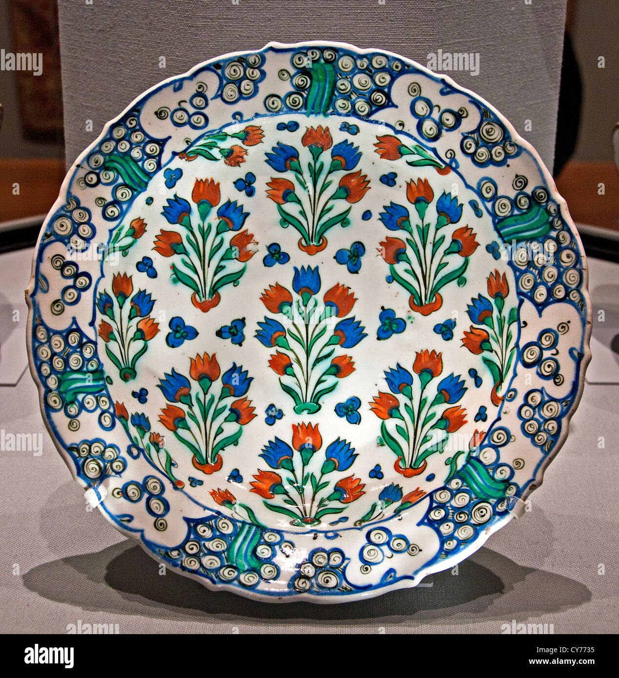 Iznik stonepaste Ottoman Dish with Scale pattern design 1585 - 1590 Iznik  plate Turkey Turkeys - Stock Image