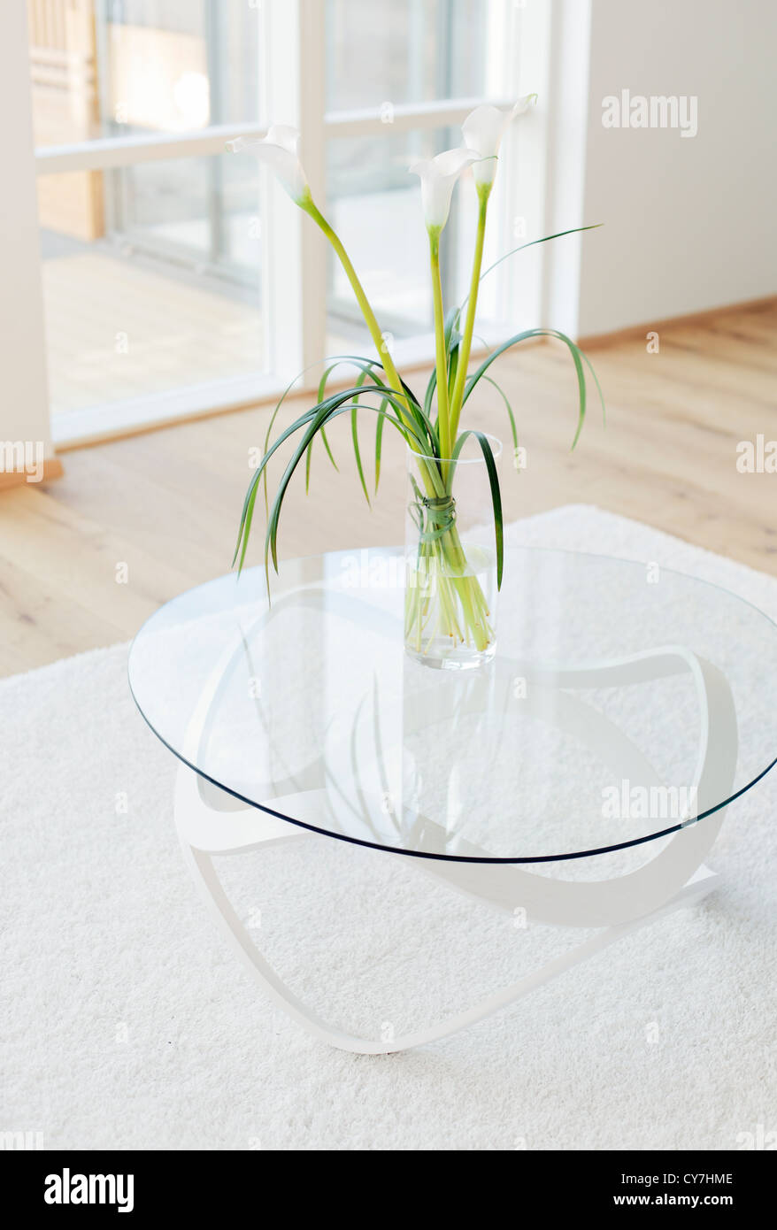 Modern livingroom with Lily of the Nile (Zantedeschia aethiopica) flowers in a vase. - Stock Image