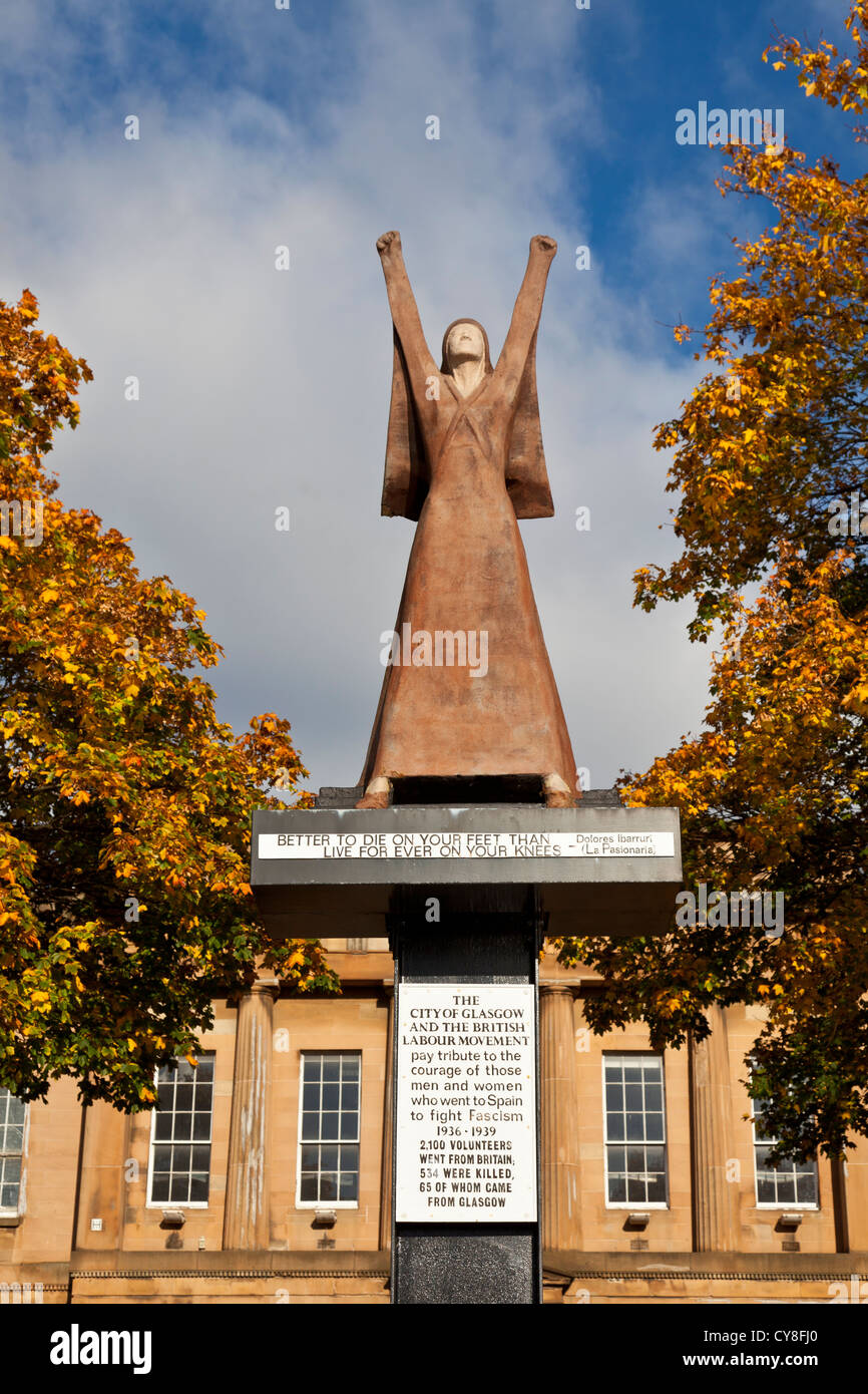 Stylised painted fibreglass statue 1979 of Dolores Ibárruri, La Pasionaria, by Arthur Dooley, on Clyde Street, - Stock Image