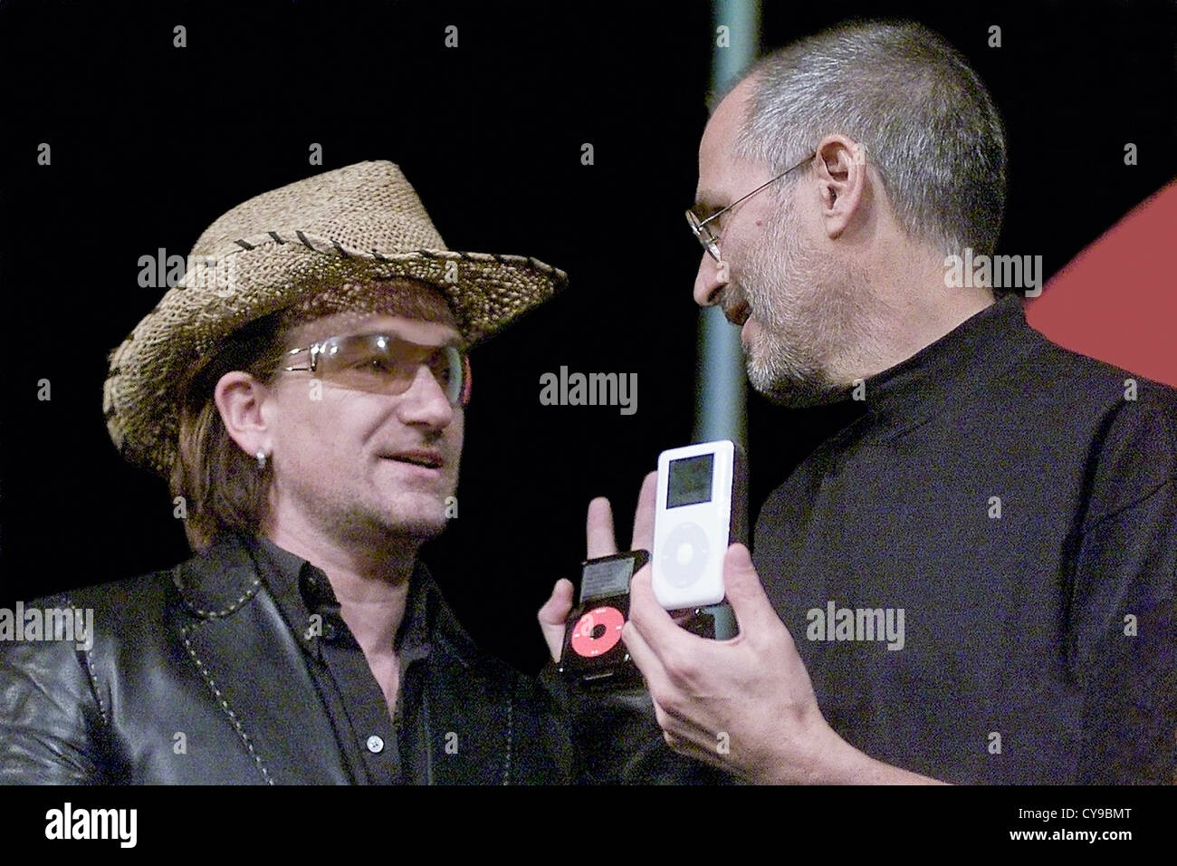 Apple CEO Steve Jobs (R) on stage with Bono from the band U2 to announce the U2 iPod, San Jose, CA, 2004. - Stock Image