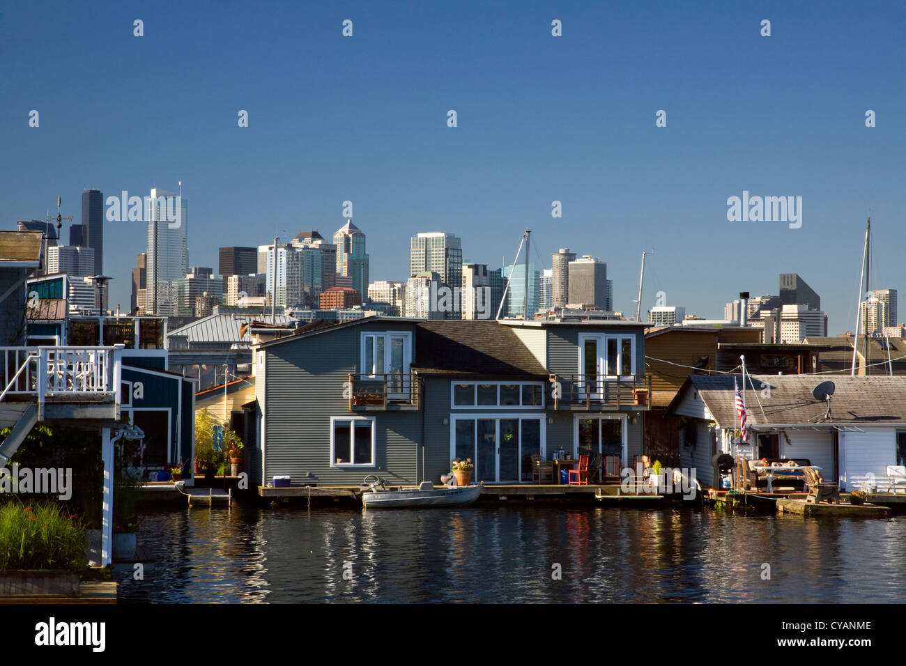 WA04517-00...WASHINGTON - House boat community on Lake Union with the highrises of Seattle in the background. - Stock Image