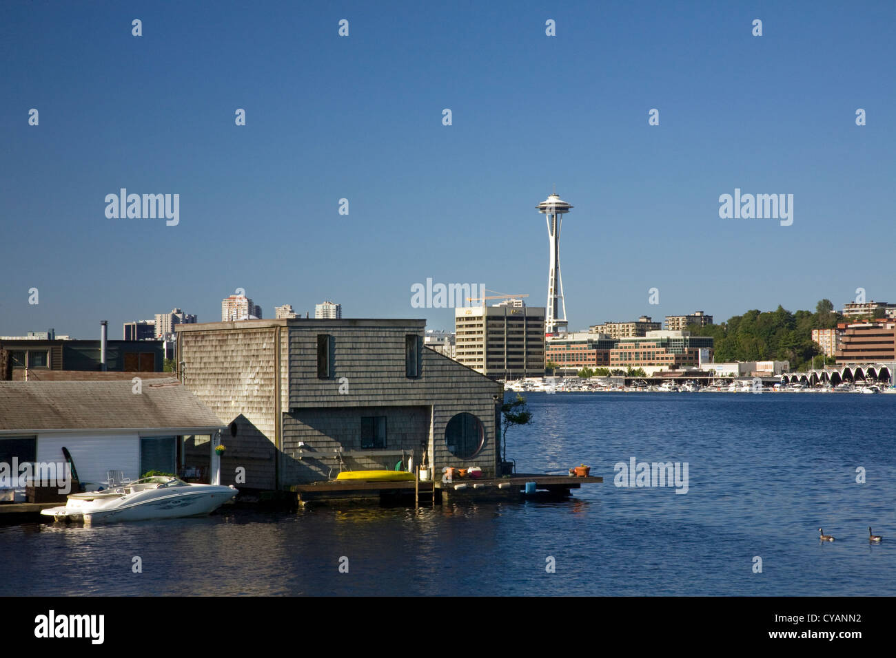 WA04518-00...WASHINGTON - House boat community on Lake Union with the Seattle Space Needle in the background. - Stock Image