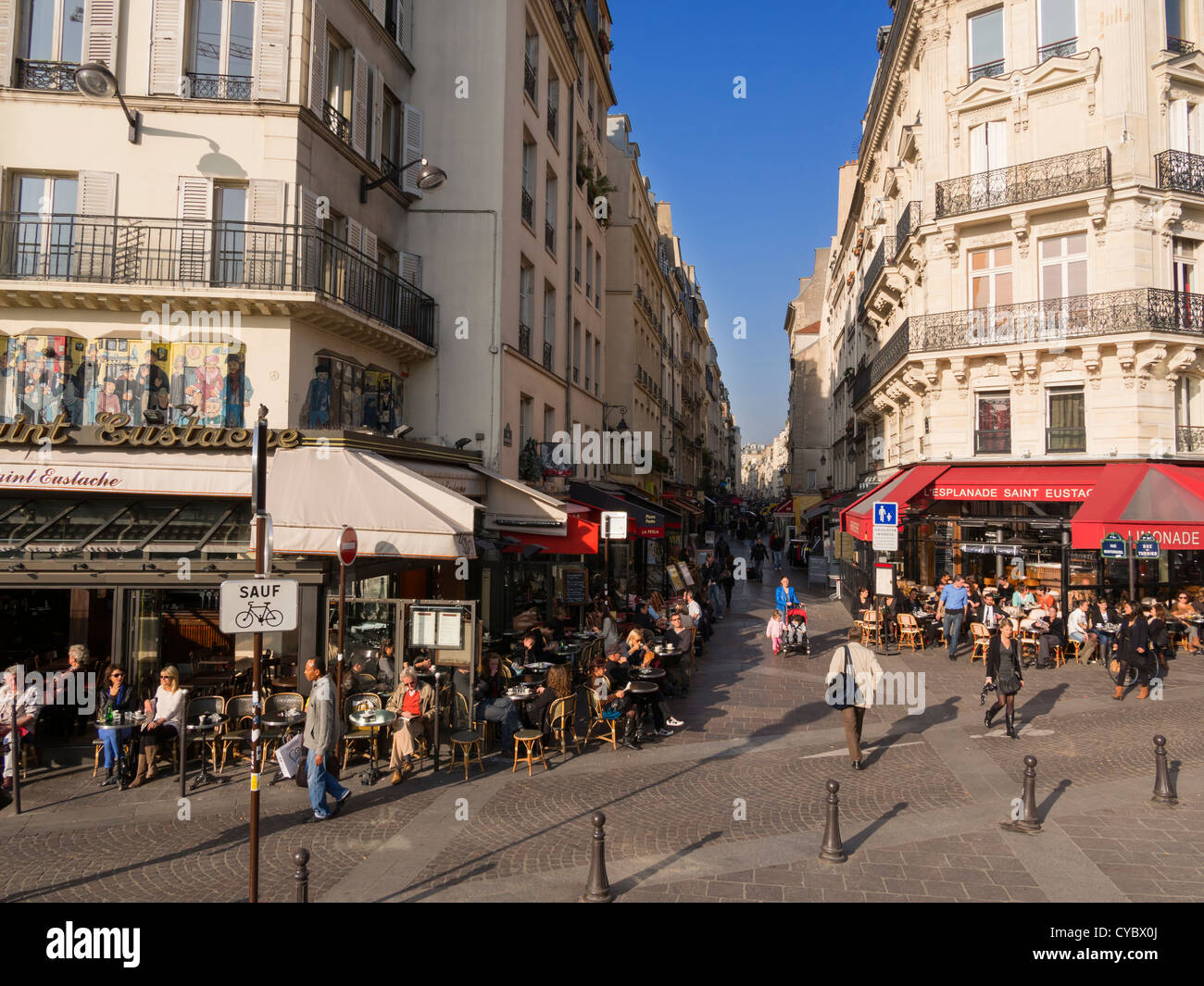 Rue Montorgueil in the busy Les Halles pedestrianized shopping area, Paris. - Stock Image