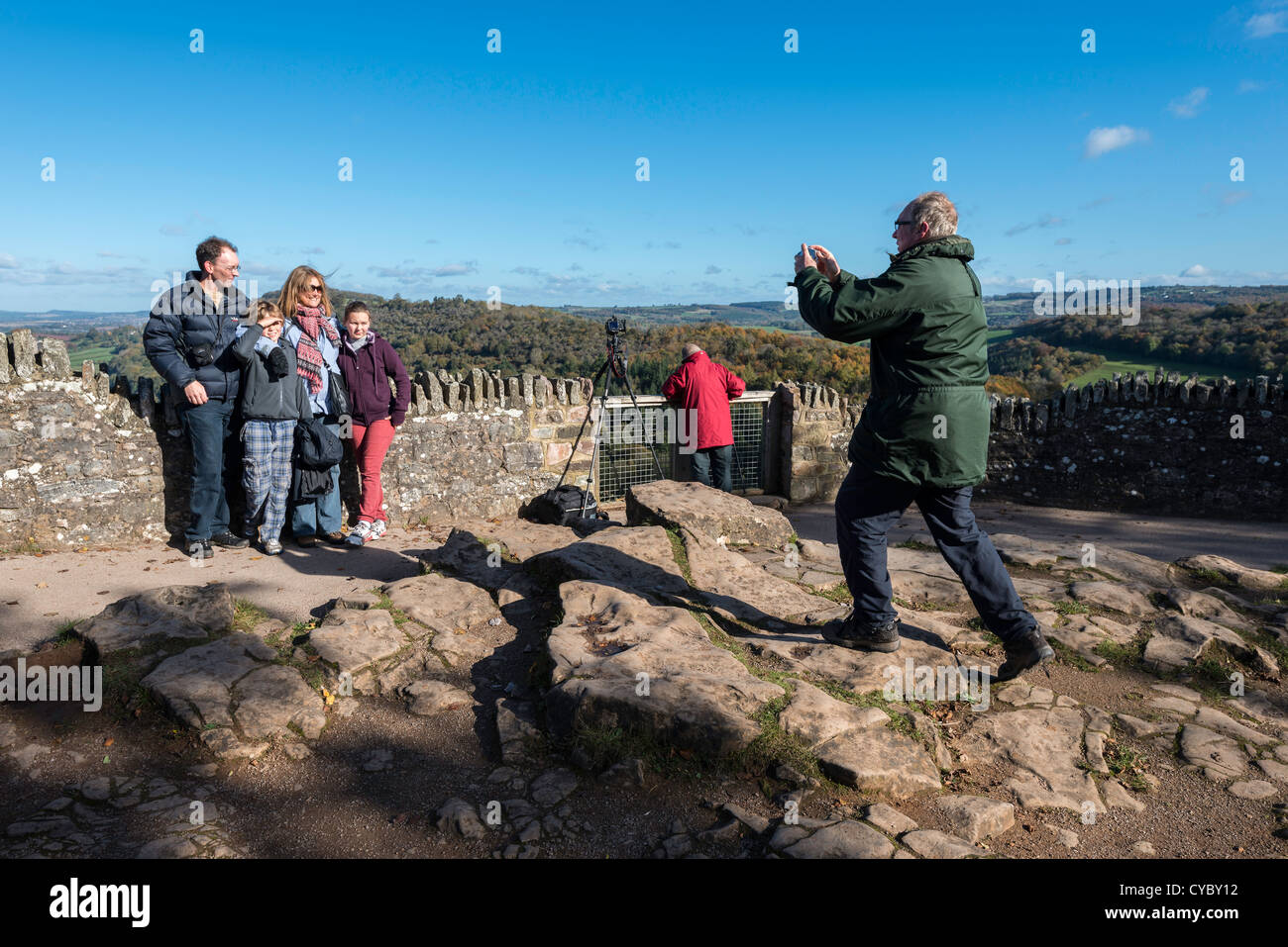TAKING FAMILY PHOTOGRAPH AT SYMONDS YAT ROCK, BEAUTY SPOT OVERLOOKING THE RIVER WYE IN HEREFORDSHIRE ENGLAND UK - Stock Image