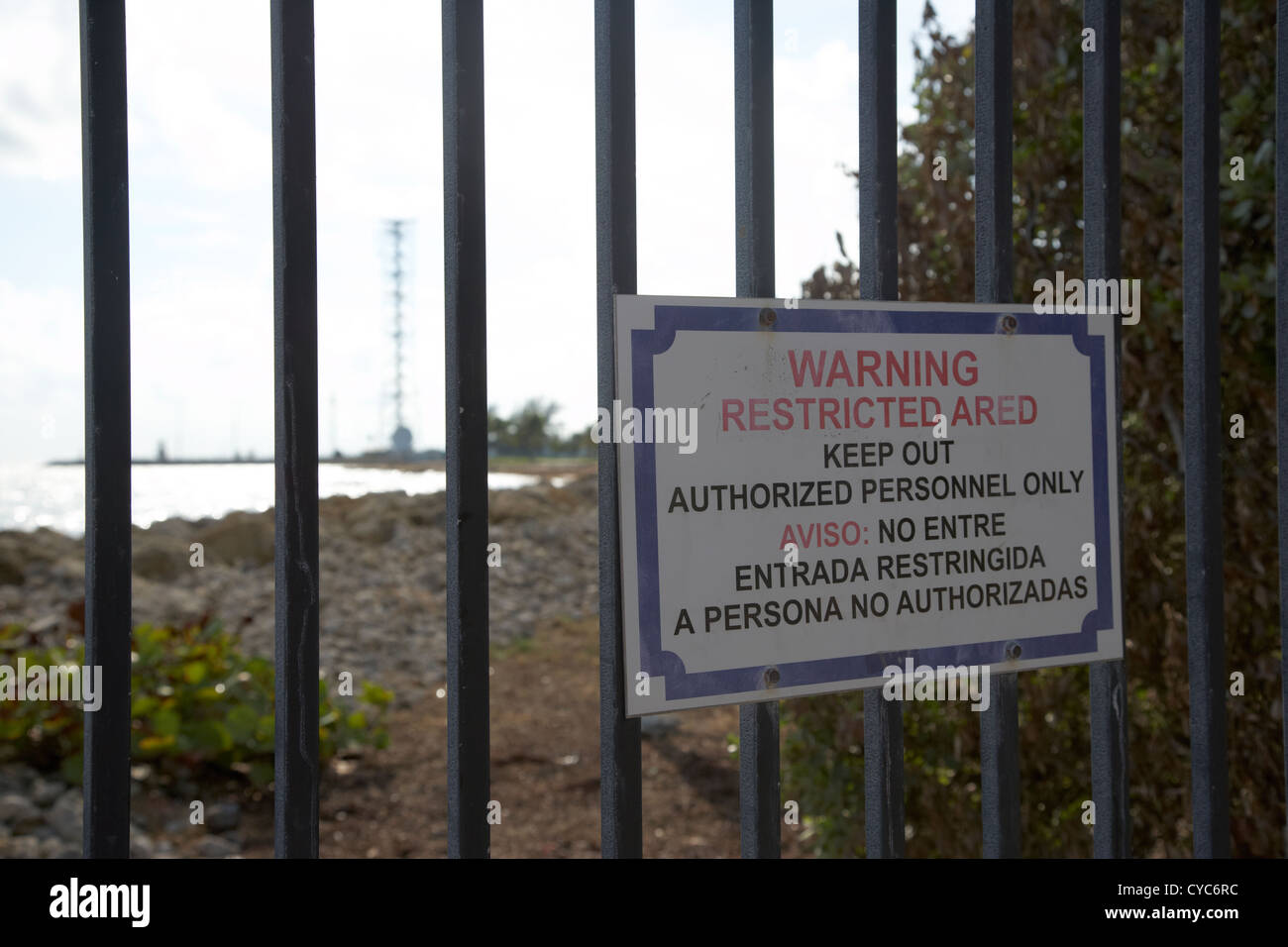 bilingual warning restricted area authorized personnel only us government land fence usa - Stock Image