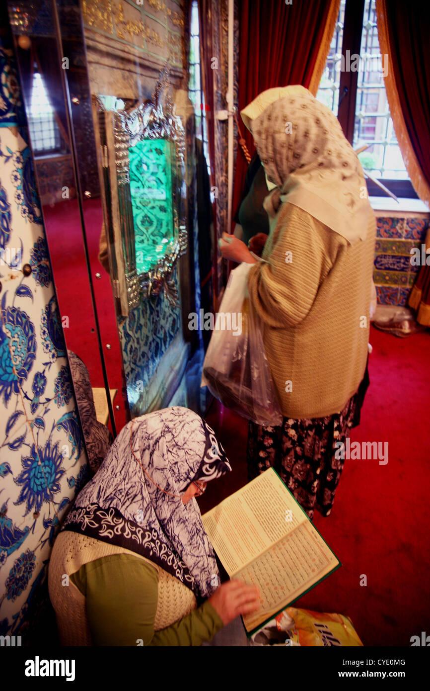 Women pilgrims visit the Eyyub shrine on the Golden Horn, Turkey - Stock Image