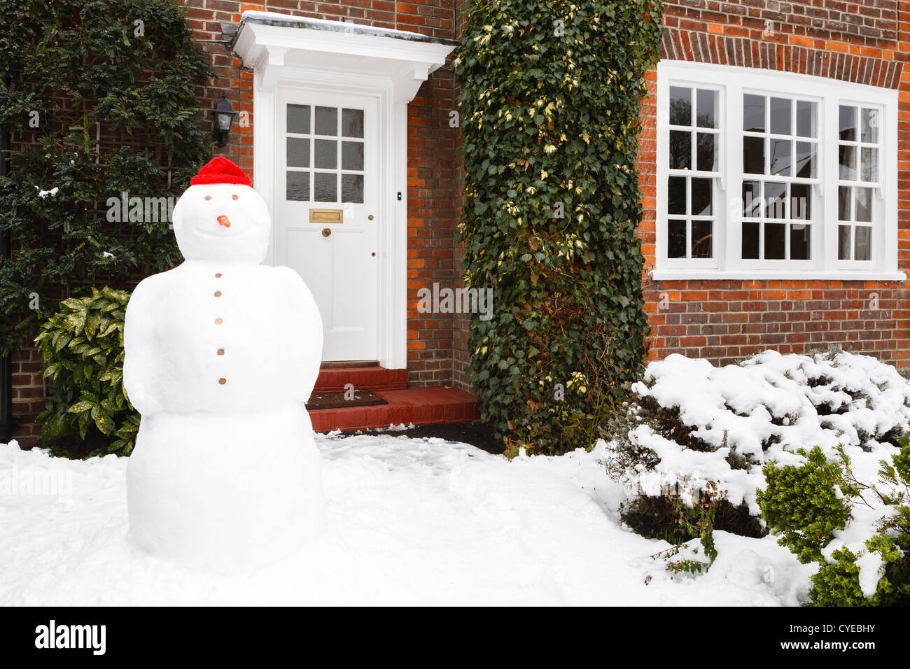 Snowman in front garden of home in winter Stock Photo: 51332903 - Alamy