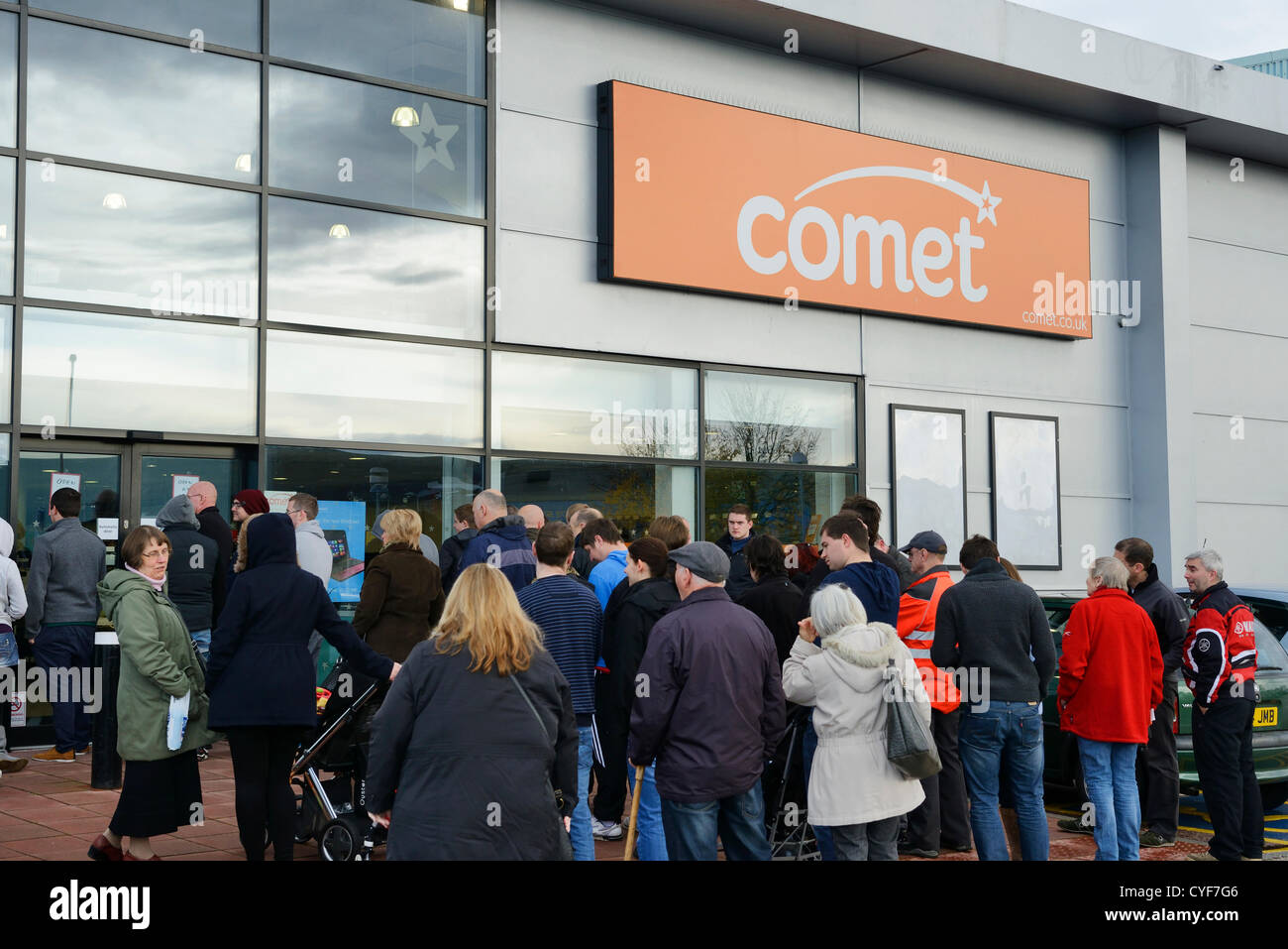 Chester, UK. 3rd November 2012. People wait for the 10am opening of the Comet store on the Greyhound Retail Park - Stock Image